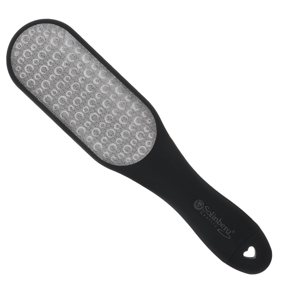 Solinberg Терка для обработки мозолей и огрубевшей кожи ног GD-4240DS, двусторонняя261-4240Двусторонняя вогнутая терка с лазерными насечками и пилочкой для ногтей предназначена для ухода за огрубевшей кожей ног. Способ применения: распарьте ступни ног и равномерными движениями удалите загрубевшую кожу. Пилочкой в ручке терки, при необходимости, обработайте ногти. После процедуры смажьте ступни смягчающим кремом. Товар сертифицирован.