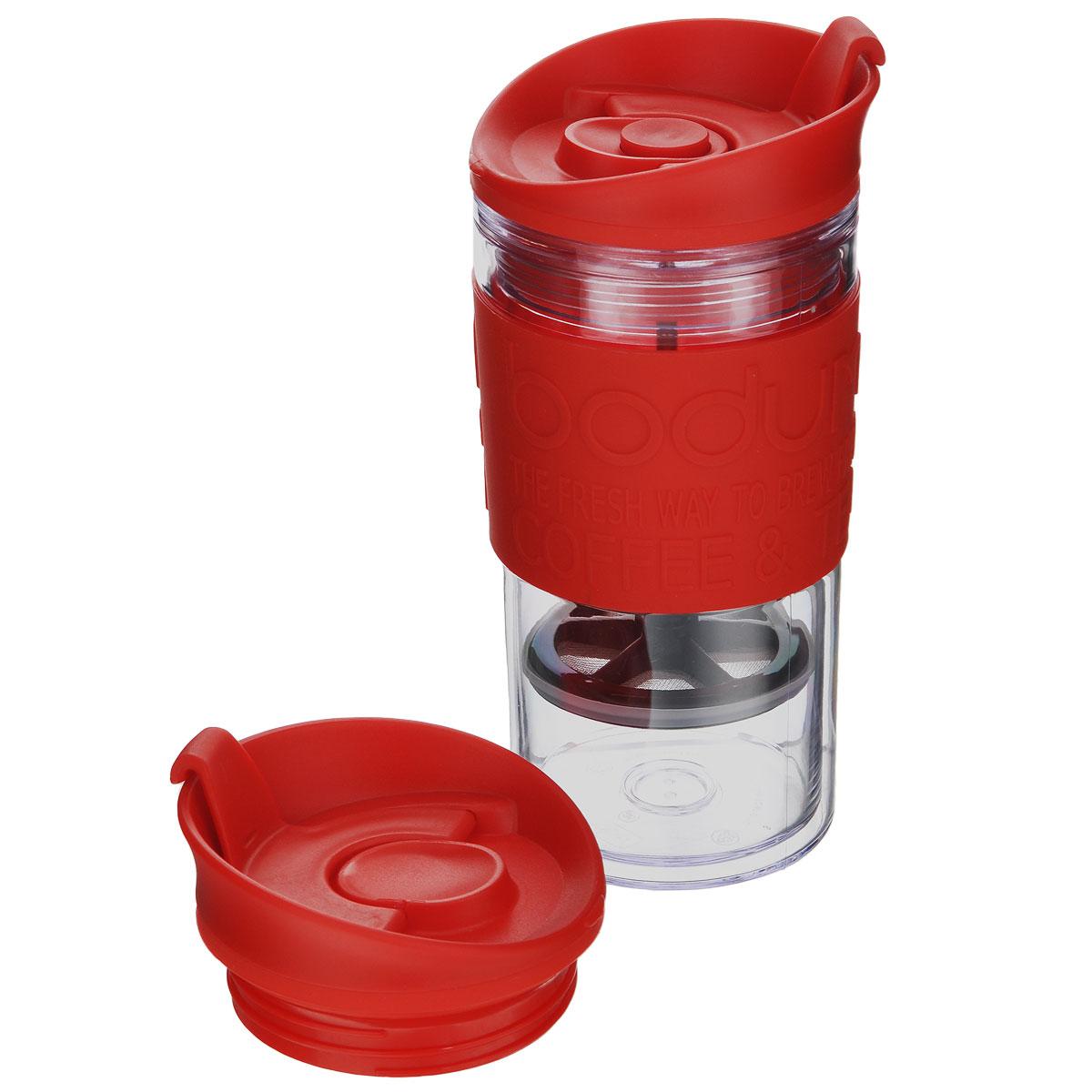 Кофейник дорожный Bodum Travel с прессом, с дополнительной крышкой, цвет: красный, 0,35 л. K11102-294K11102-294Дорожный кофейник Bodum Travel пригодится вам на пикнике, в путешествии или в офисе. Его можно использовать в качестве кружки. Кофейник выполнен из пластика и оснащен фильтром french press из нержавеющей стали, который позволяет легко и просто приготовить отличный напиток. Кофейник закрывается завинчивающейся крышкой, в которой есть небольшое отверстие для питья с клапаном. Это исключает выплескивание жидкости и позволяет использовать кофейник даже во время поездок в автомобиле. В комплект входит дополнительная крышка. На корпусе кофейника имеется приятная на ощупь силиконовая вставка, которая защитит ваши руки от чрезмерно высокой температуры напитка и не позволит кофейнику выскользнуть из ваших рук. Благодаря такому кофейнику приготовление вкуснейшего ароматного и крепкого кофе займет всего пару минут. Кофейник будет незаменим на пикнике, в офисе, в автомобильной поездке, а также послужит практичным подарком для ваших друзей и близких.