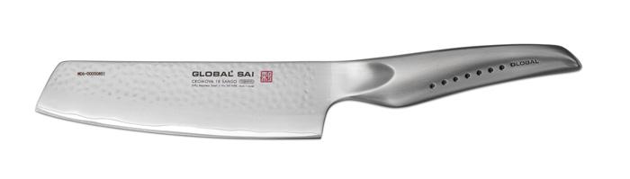 Нож для овощей Global Sai, длина лезвия 15 смSAI-M06Ножи Global Sai сделаны по тем же строгим стандартам, что и классические линейки Global, однако имеют полностью обновленный эргономичный дизайн ручек, учитывающий положение большого пальца, что позволяет уменьшить усилия при резке. Привлекательная двусторонняя отделка лезвия, выполненная специальным электромолотком, имеет не только декоративную функцию - получившиеся таким образом воздушные карманы, позволяют идеально нарезать продукты, и не допускают прилипания пищи к лезвию. Бренд Global выбор многих поваров со всего мира, ножи этого производителя известны своей универсальностью и исключительной ловкостью. Отличительной чертой японских ножей Global являются их рукоятки и уникальная бесшовная конструкция. Рукоятки и лезвия изготовлены из одного, цельного полотна нержавеющей стали, что делает ножи максимально гигиеничными и прочными. На них не скапливается грязь, и их очень легко мыть. Покрытие рукоятки специальными ямочками-впадинами, обеспечивает удобный и надежный...