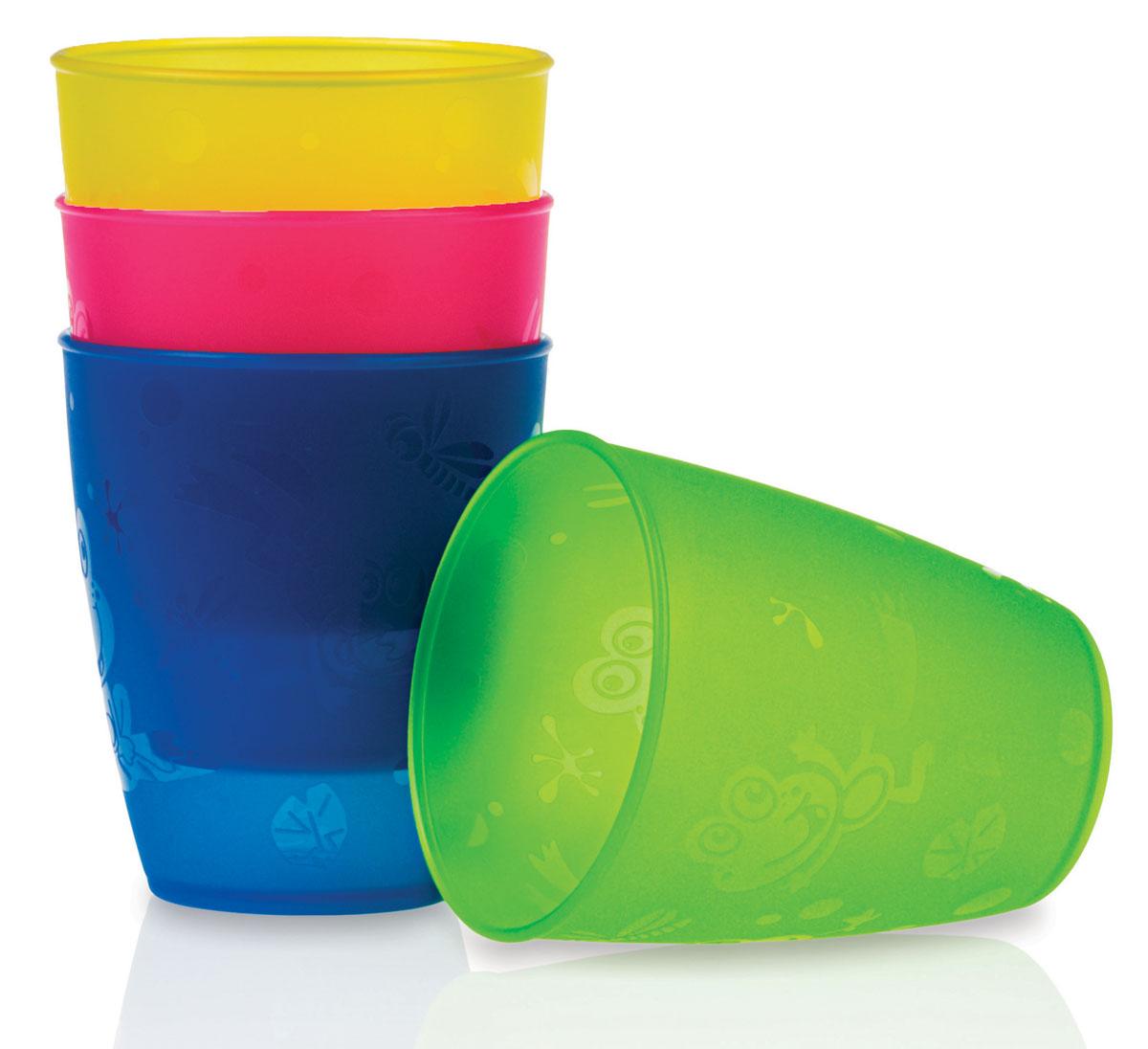 Набор стаканов Nuby, 300 мл, 4 штID65662Набор Nuby включает 4 разноцветных высоких стаканчика, изготовленных из высококачественного пищевого пластика (не содержит бисфенол А). Изделия оформлены изображением лягушат и стрекоз. Нескользящее покрытие придает стаканам большую устойчивость. Такие стаканы помогут малышу перейти к использованию обычной чашки. Для детей с 18-ти месяцев. Разные цвета помогут создать праздник для вашего малыша. Можно использовать во время пикника. Можно мыть в посудомоечной машине и ставить в СВЧ-печь.
