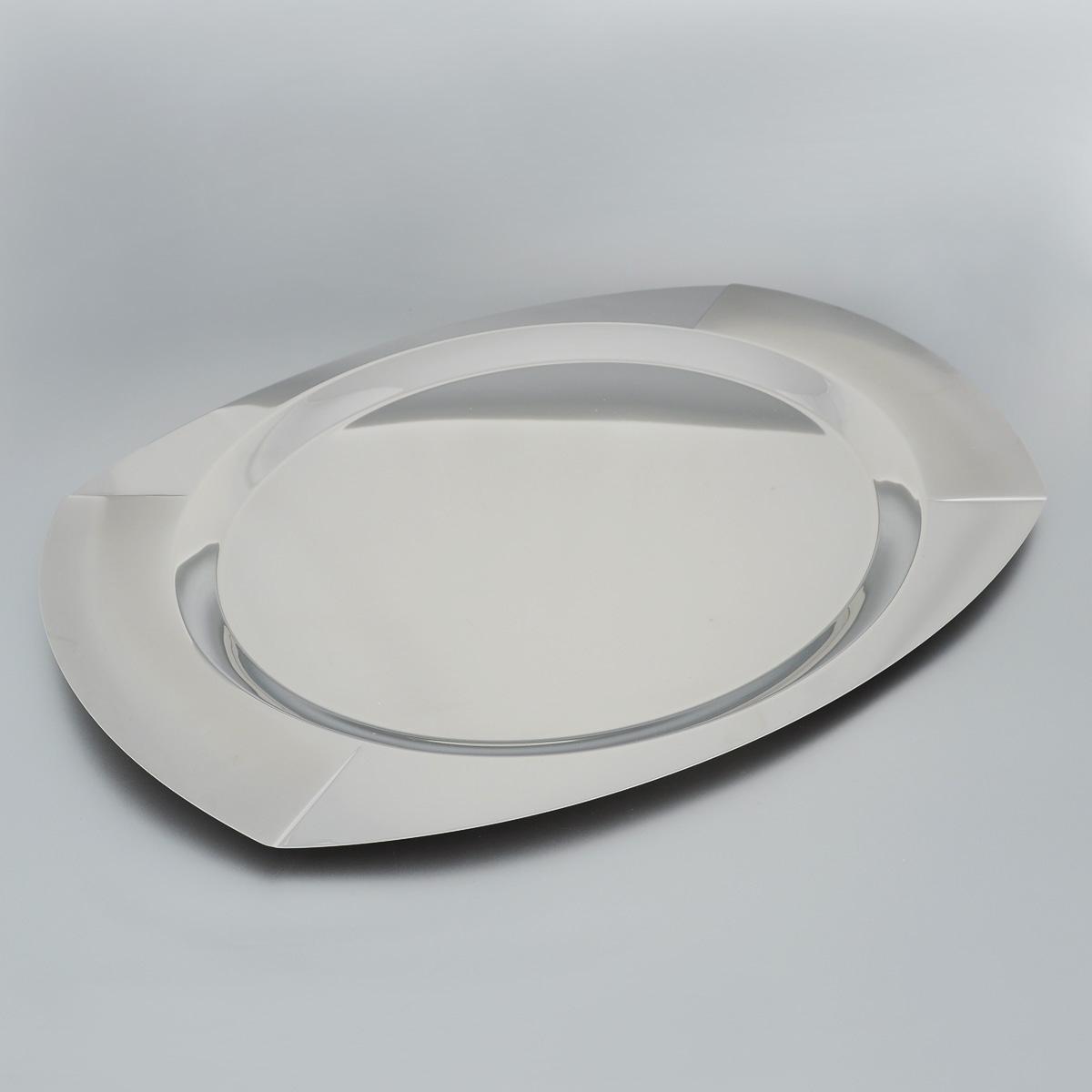 Поднос Tramontina Космос, 49,9 х 35 см61202/500-TRОвальный поднос Tramontina Космос изготовлен из нержавеющей стали с зеркальной полировкой. Поднос отлично подойдет для красивой подачи и сервировки различных блюд, закусок и фруктов на праздничном столе. Изящный дизайн подноса Tramontina Космос придется по вкусу и ценителям классики, и тем, кто предпочитает утонченность и изысканность. Современный стильный дизайн и функциональность позволят подносу занять достойное место на вашей кухне. Можно мыть в посудомоечной машине. Не используйте для чисти абразивные средства.