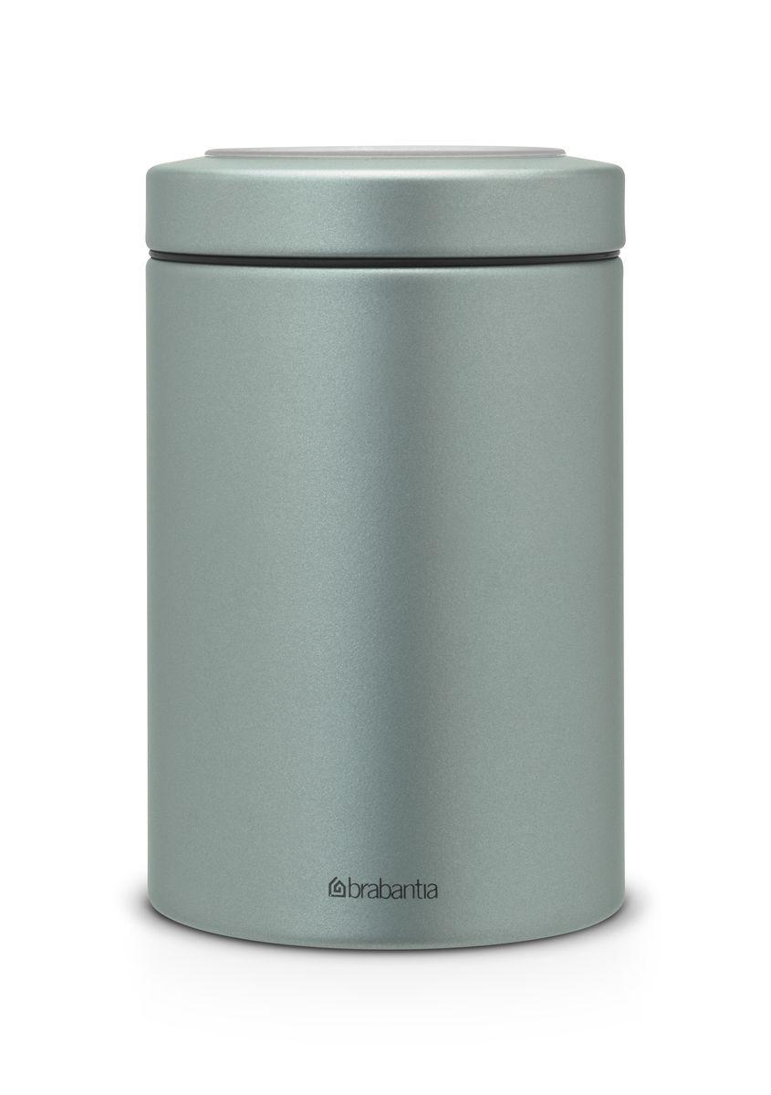 Контейнер Brabantia, цвет: серебристый, 1,4 л. 484346484346Контейнер Brabantia с прозрачной крышкой изготовлен из антикоррозийной стали с защитным покрытием. Благодаря антистатической поверхности содержимое контейнера не прилипает к пластиковому окошку. Герметичная крышка не пропускает запахи и позволяет дольше сохранять свежесть и аромат продуктов. Удобный и легкий контейнер позволит вам хранить всевозможные продукты, а благодаря современному дизайну он впишется в любой интерьер.