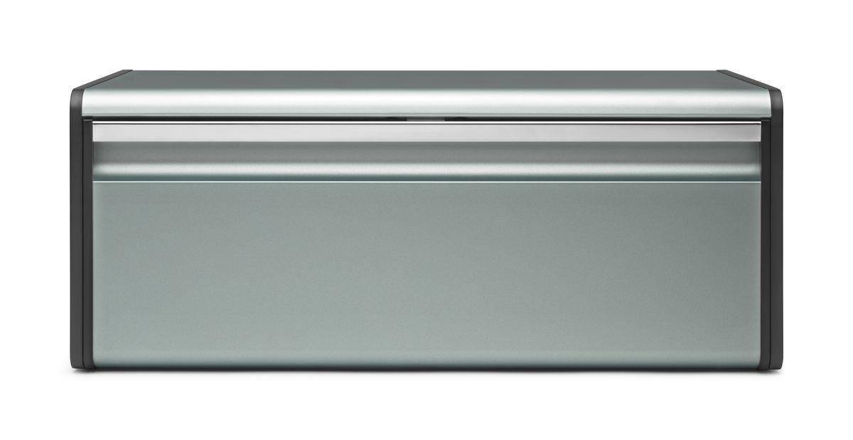 Хлебница Brabantia, цвет: серый, 46 х 25 х 18,5 см 484322484322Хлебница Brabantia изготовлена из высококачественной нержавеющей стали. Изделие оснащено откидной крышкой с матовой полировкой. Крышка откидывается вниз и закрывается при помощи магнита. Хлебница предназначена для хранения хлеба, чипсов, кексов и других хлебобулочных изделий. В ней продукты долго сохраняют привлекательный внешний вид, остаются свежими и хрустящими. Изделие с оборотной стороны оснащено двумя отверстиями для подвешивания к стене. Вместительность, функциональность и стильный дизайн позволят хлебнице стать не только незаменимым аксессуаром на кухне, но и предметом украшения интерьера. В ней хлеб всегда останется свежим и вкусным.