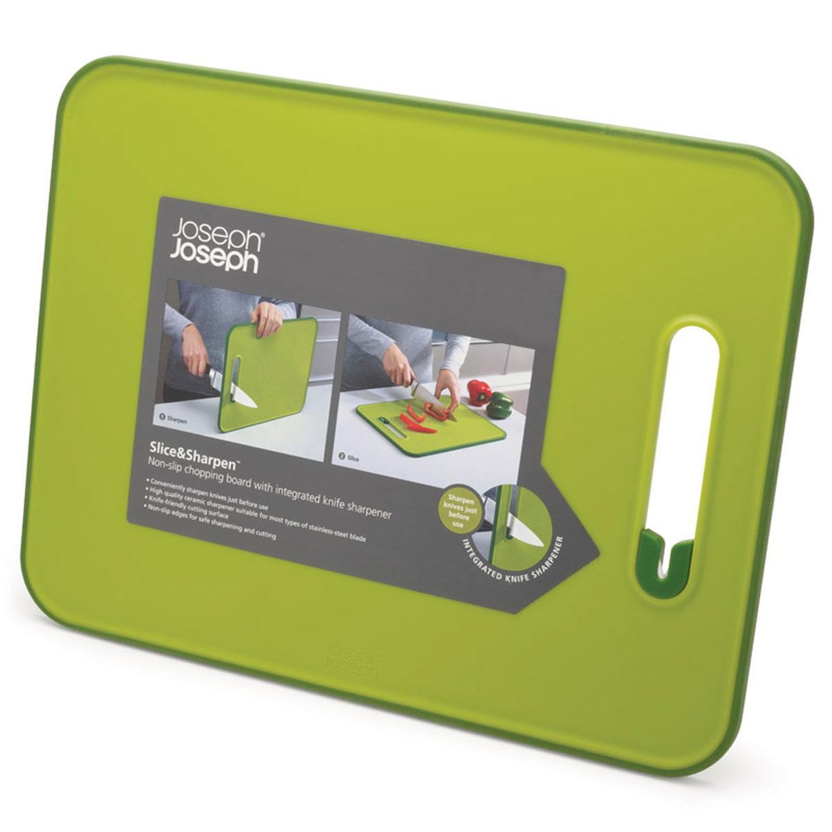 Доска разделочная Joseph Joseph Slice & Sharpen, с ножеточкой, цвет: зеленый, 29 х 22 х 1 см60047Доска разделочная Joseph Joseph Slice & Sharpen изготовлена из полипропилена, который защищает целостность ваших ножей и минимизирует его затупление. Доска оснащена керамической точилкой для лезвия, которая встроена прямо в рабочую поверхность. Для заточки поставьте доску на сухую плоскую поверхность, поместить лезвие ножа в прорезь и проведите несколько раз. Нескользящий прорезиненный край доски обеспечивает устойчивость, как при нарезке продуктов, так и при заточке лезвия. Можно мыть в посудомоечной машине.