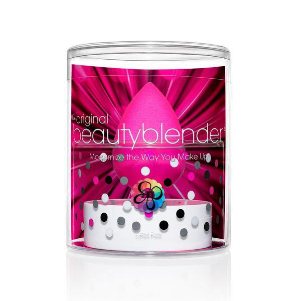 Beautyblender Спонж для макияжа Original и мыло для очистки Solid Blendercleanser, 30 млБП-00000786Профессиональный спонж Beautyblender Original, его революционная форма - форма капли, открывает доступ в труднодоступные места (вокруг глаз, носа). Очень прост в использовании: увлажнить, сжать, нанести. Уникальный материал замшевой текстуры имеет структуру открытой ячейки, что позволяет экономить средства для макияжа. Смочили, отжали, оставшаяся влага заполняет спонж и средство для макияжа остается только на поверхности, а не поглощается им. Полностью отсутствуют линии и полосы, которые оставляют угловые и плоские спонжы. Спонж Beautyblender без латекса и без запаха. Имеет множество наград, в частности, спонж 5 раз подряд получил награду Allure Best of Beauty, завоевал сердца визажистов и модниц. А что бы сохранить его на долго необходимо очищать его при помощи очищающего мыла или геля для спонжей и кистей Blendercleanser. Мягко очищает спонжи, кисти, продлевает их срок эксплуатации, мыло прекрасно подходит в том числе и для точечного очищения....