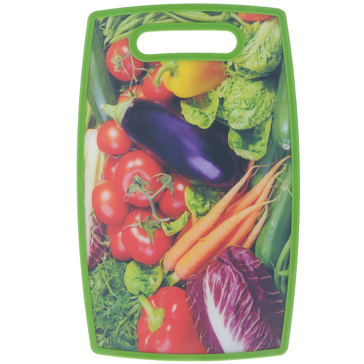 Доска разделочная LaraCook Овощи, 23 х 37 смLC-1114Доска разделочная LaraCook Овощи, изготовленная из устойчивого к истиранию пластика, займет достойное место среди аксессуаров на вашей кухне. С одной стороны доска имеет однотонное пластиковое покрытие, а с другой декорирована изображением овощей. Доска имеет высокий коэффициент жесткости и прекрасно подойдет для нарезки любых продуктов. Устойчива к деформации и высоким температурам. Можно мыть в посудомоечной машине.