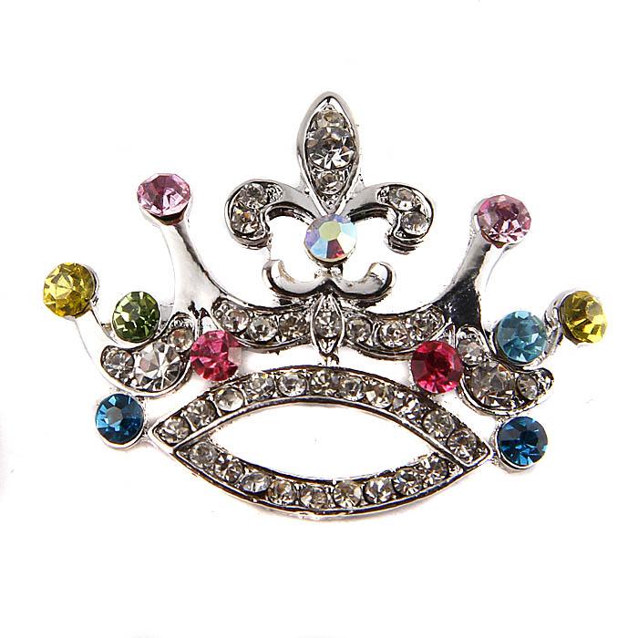 Брошь Корона с самоцветами. Металл, австрийские кристаллы. Конец ХX векаPD0171Брошь Корона с самоцветами. Металл, австрийские кристаллы. Западная Европа, конец ХX века. Длина 5 см, ширина 4 см. Сохранность хорошая. Брошь представляет собой миниатюрную корону. Изделие обильно инкрустировано австрийскими кристаллами. Интересный и яркий аксессуар для декора вечернего гардероба.