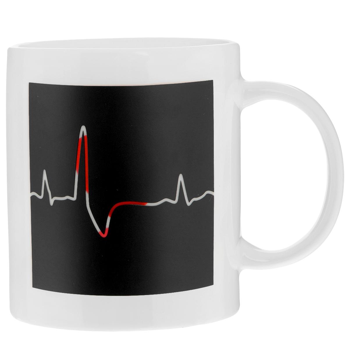 Кружка Биение сердца, 350 мл96312Кружка-хамелеон Биение сердца выполнена из высококачественного фарфора. Изменяет рисунок при нагреве. В холодном состоянии на кружке нарисовано графическое изображение биения сердца. Если в нее налить горячий напиток, то рисунок меняет цвет с темного на светлый, а на светлом поле проявляется рисунок красного сердца и надпись I Love U. Такой подарок станет не только приятным, но и практичным сувениром: кружка станет незаменимым атрибутом чаепития, а оригинальный дизайн вызовет улыбку. Нельзя мыть в посудомоечной машине. Можно использовать в микроволновой печи.