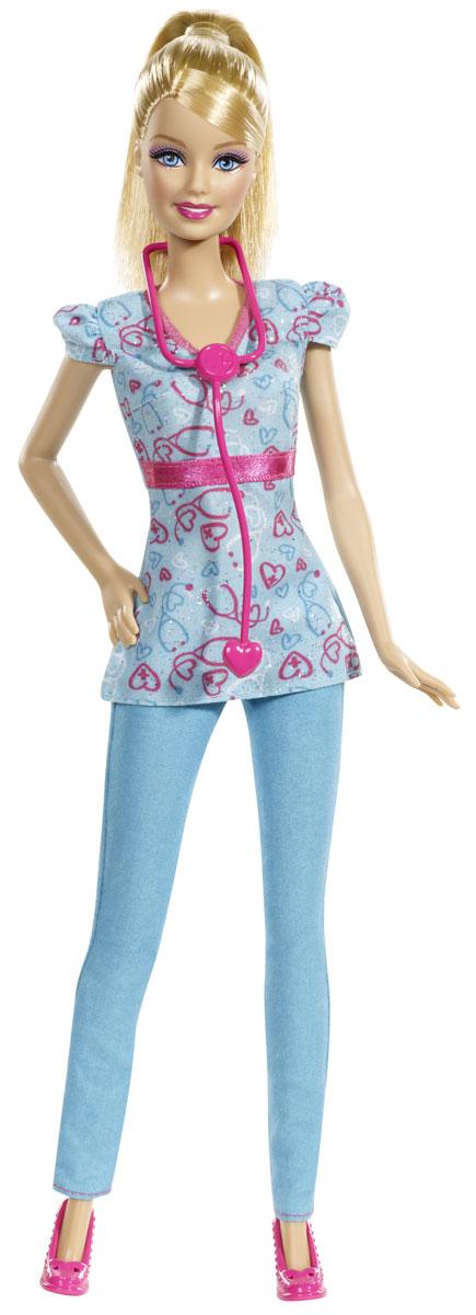 Barbie Кукла Медсестра цвет наряда голубойCFR03_BDT23Кукла Barbie Медсестра непременно обрадует вашу малышку. Барби нашла работу своей мечты: она - медсестра! Куколка с длинными светлыми волосами одета в голубую тунику и брюки, на ногах - розовые туфли. Головка, ручки и ножки Барби подвижны, что позволит придавать кукле различные позы. В комплект входит стетоскоп. Ваша малышка придет в восторг от такого подарка!