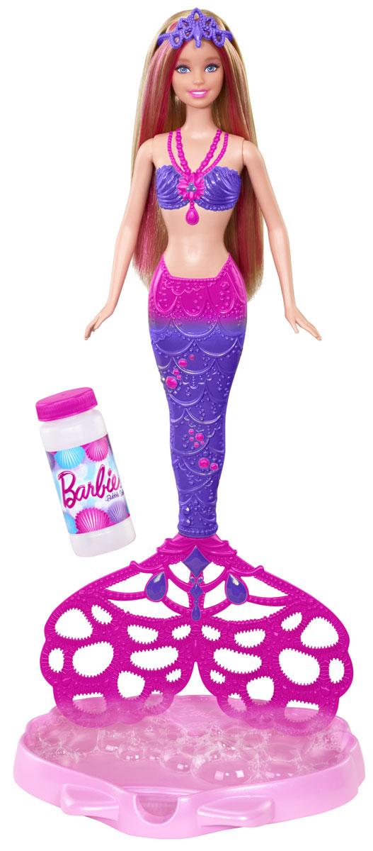 Barbie Кукла Русалочка с волшебными пузырькамиCFF49Кукла Barbie Русалочка с волшебными пузырьками - прекрасный подарок для вашей малышки. В набор входят кукла Барби в виде русалочки со снимающимся плавником, жидкость для создания мыльных пузырей, емкость в виде ракушки для мыльных пузырей и расческа для Барби. Чтобы создать переливающиеся пузыри, налейте входящую в набор жидкость в специальную емкость-ракушку, опустите и выньте плавник и подуйте. У куколки длинные светлые волосы с розовыми прядями; подвижны ручки и голова. Плавник начинает вращаться, если потянуть за колечко на спине Барби.