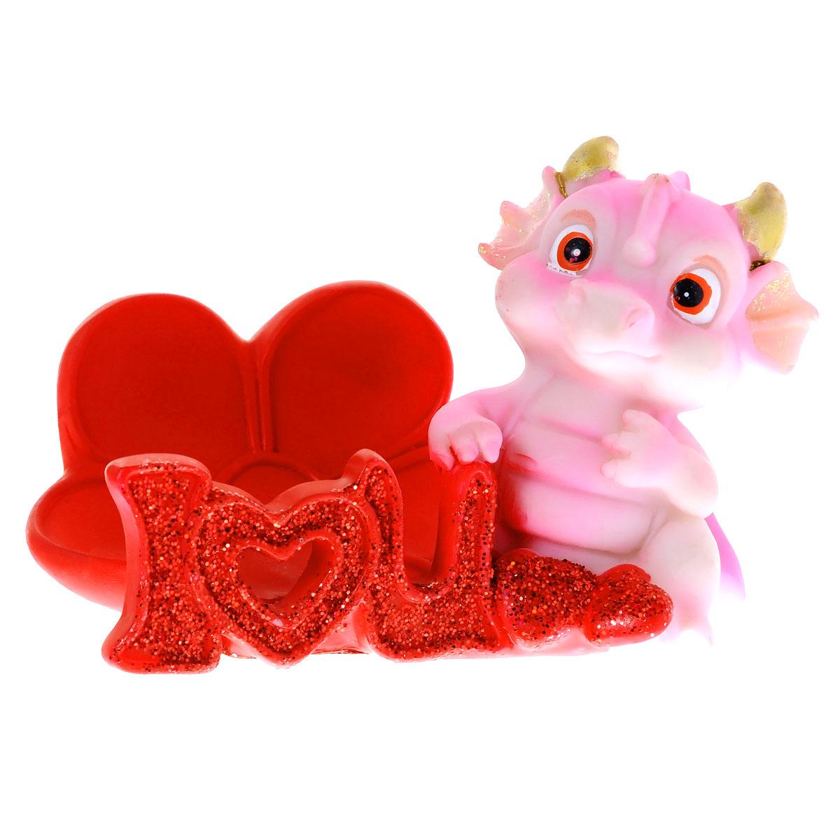 Статуэтка декоративная Lunten Ranta Розовый дракончик, с подставкой для телефона, цвет: красный, розовый60279Очаровательная статуэтка Lunten Ranta Розовый дракончик станет оригинальным подарком для всех любителей стильных вещей. Она выполнена из полирезины в виде дракончика с сердечком и имеет удобную поставку под телефон. Изделие украшено блестками. Изысканный сувенир станет прекрасным дополнением к интерьеру. Вы можете поставить статуэтку в любом месте, где она будет удачно смотреться, и радовать глаз. Размер статуэтки: 9 см х 6 см х 6,5 см. Размер подставки: 6 см х 3 см х 3 см.