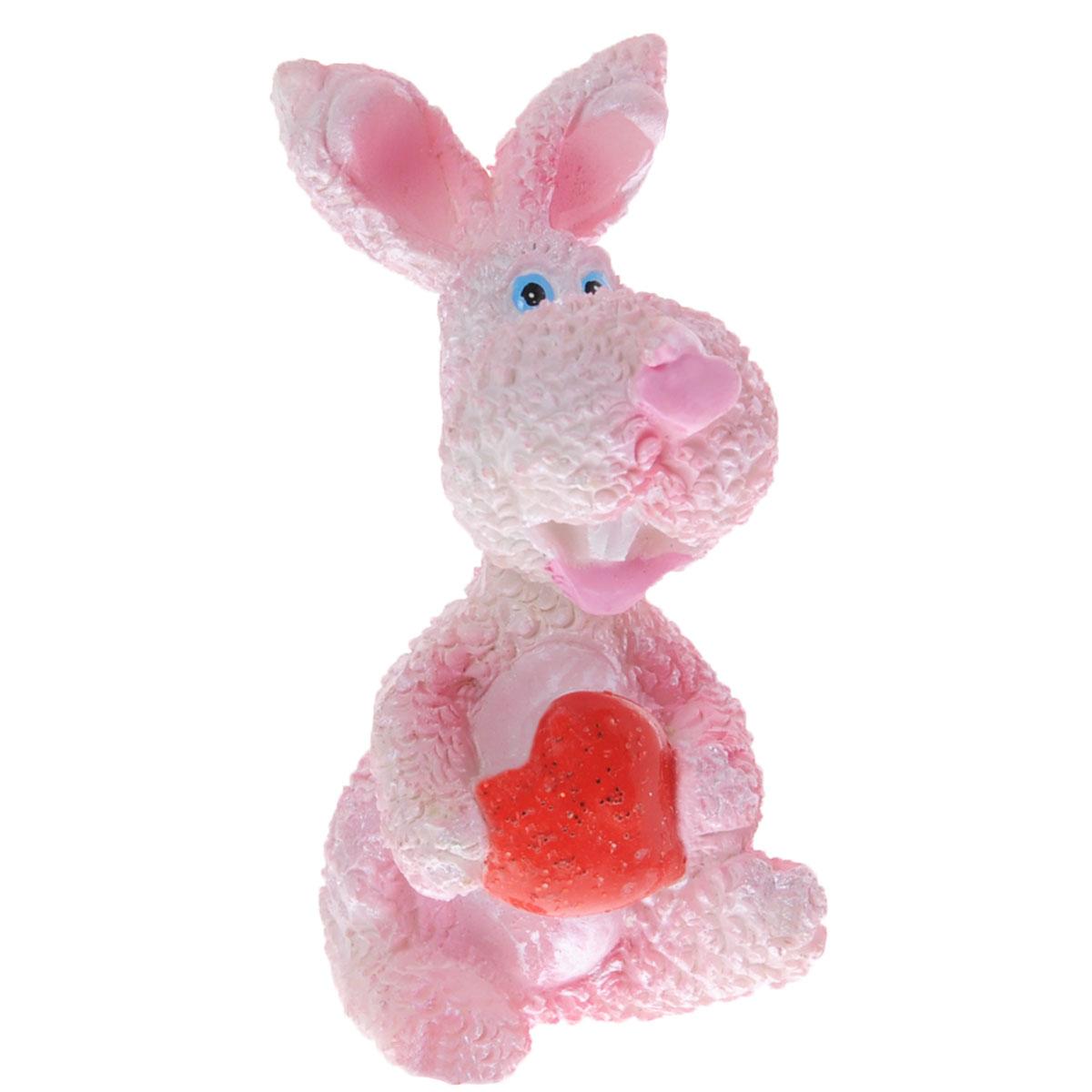 Декоративная статуэтка Lunten Ranta Розовый кролик с сердцем, цвет: розовый, красный, высота 6 см57900Очаровательная статуэтка Lunten Ranta Розовый кролик с сердцем станет оригинальным подарком для всех любителей стильных вещей. Она выполнена из полирезины, в виде розового кролика с сердечком. Изысканный сувенир станет прекрасным дополнением к интерьеру. Вы можете поставить статуэтку в любом месте, где она будет удачно смотреться, и радовать глаз. Размер статуэтки: 3,6 см х 2,6 см х 6 см.