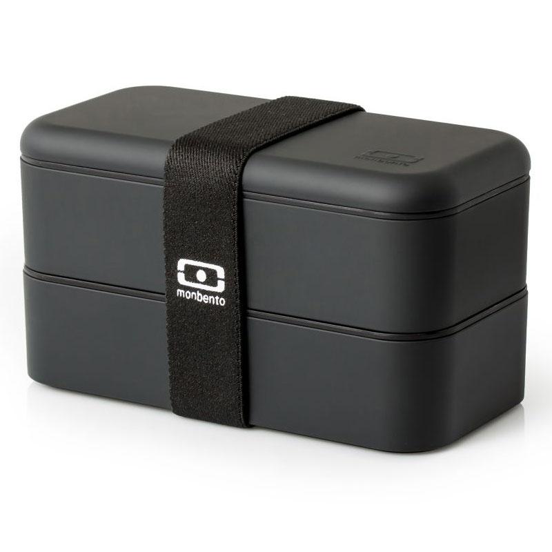 Ланчбокс Monbento Original, цвет: черный, 1 л1200 02 102Ланчбокс Monbento Original изготовлен из высококачественного пищевого пластика с приятным на ощупь прорезиненным покрытием soft-touch. Предназначен для хранения и переноски пищевых продуктов. Ланчбокс представляет собой два прямоугольных контейнера, в которых удобно хранить различные блюда. В комплекте также предусмотрена емкость для соуса, которая удобно помещается в одном из контейнеров. Контейнеры вакуумные, что позволяет продуктам дольше оставаться свежими и вкусными. Боксы дополнительно фиксируются друг над другом эластичным ремешком. Компактные размеры позволят хранить ланчбокс в любой сумке. Его удобно взять с собой на работу, отдых, в поездку. Теперь любимая домашняя еда всегда будет под рукой, а яркий дизайн поднимет настроение и подарит заряд позитива. Можно использовать в микроволновой печи и для хранения пищи в холодильнике, можно мыть в посудомоечной машине. В крышке каждого контейнера - специальная пробка, которую надо вытащить, если вы разогреваете...