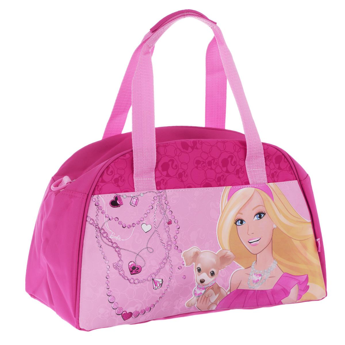 Barbie Сумка спортивная детская цвет розовыйBRDLR-12T-3452Детская спортивная сумка Barbie придется по вкусу любой активной девочке, посещающей спортзал или спортивные секции. Сумка изготовлена из высококачественного износостойкого полиэстера и оформлена оригинальным принтом и глянцевым изображением знаменитой красавицы Барби с очаровательным щенком. Сумка состоит из одного вместительного отделения, закрывается на застежку-молнию. Внутри располагается небольшой накладной карман на застежке-молнии. Язычок молнии выполнен в виде розовой туфельки. Сумка имеет удобные ручки для переноски, а также съемный плечевой ремень, регулирующийся по длине. Сумка очень просторная, в ней без труда поместится спортивная форма или сменная одежда. Спортивная сумка - незаменимый аксессуар для юной спортсменки, который сочетает в себе практичность и модный дизайн. Красочная сумка сделает посещение спортивных секций не только приятным, но и модным занятием. Порадуйте свою малышку таким замечательным подарком!