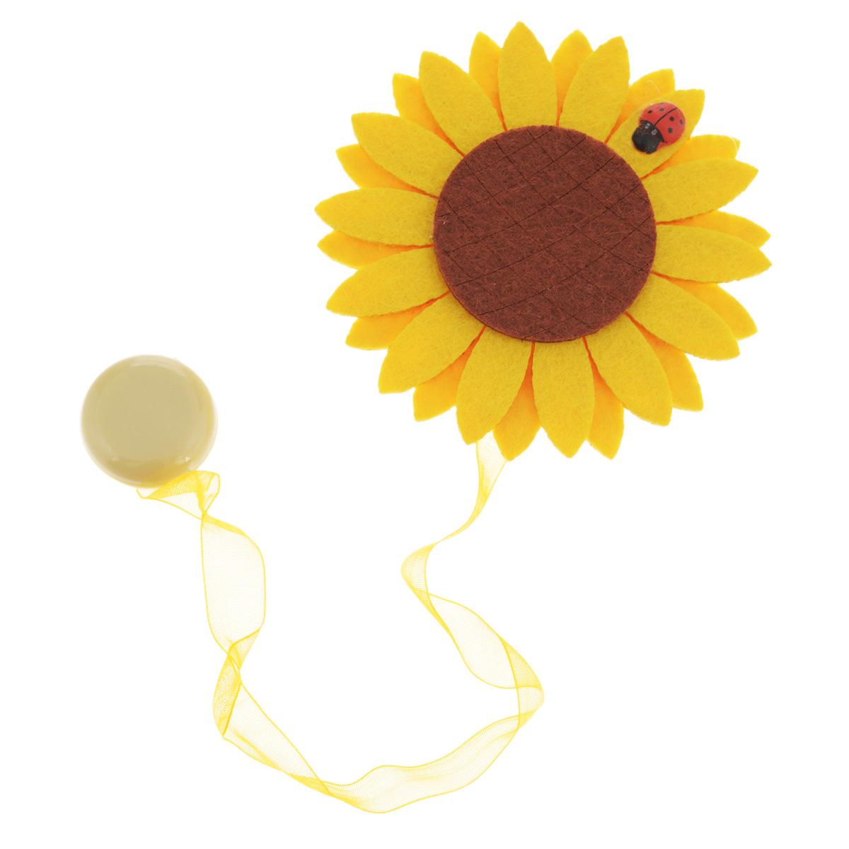 Клипса-магнит для штор Calamita Fiore, цвет: желтый, коричневый. 7704012_5177704012_517желтый, коричневыйКлипса-магнит Calamita Fiore, изготовленная из пластика и текстиля, предназначена для придания формы шторам. Изделие представляет собой два магнита, расположенные на разных концах текстильной ленты. Один из магнитов оформлен декоративным цветком. С помощью такой магнитной клипсы можно зафиксировать портьеры, придать им требуемое положение, сделать складки симметричными или приблизить портьеры, скрепить их. Клипсы для штор являются универсальным изделием, которое превосходно подойдет как для штор в детской комнате, так и для штор в гостиной. Следует отметить, что клипсы для штор выполняют не только практическую функцию, но также являются одной из основных деталей декора этого изделия, которая придает шторам восхитительный, стильный внешний вид. Материал: пластик, полиэстер, магнит. Диаметр декоративного цветка: 9 см. Диаметр магнита: 2,5 см. Длина ленты: 28 см.