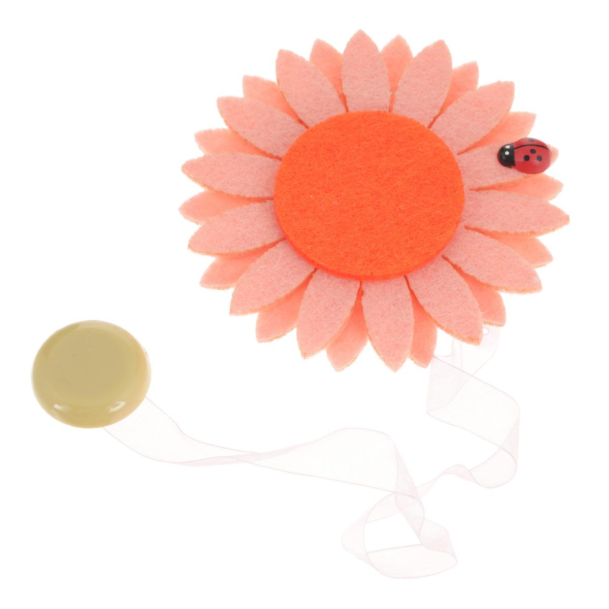 Клипса-магнит для штор Calamita Fiore, цвет: бледно-розовый, рыжий. 7704012_5517704012_551Клипса-магнит Calamita Fiore, изготовленная из пластика и текстиля, предназначена для придания формы шторам. Изделие представляет собой два магнита, расположенные на разных концах текстильной ленты. Один из магнитов оформлен декоративным цветком. С помощью такой магнитной клипсы можно зафиксировать портьеры, придать им требуемое положение, сделать складки симметричными или приблизить портьеры, скрепить их. Клипсы для штор являются универсальным изделием, которое превосходно подойдет как для штор в детской комнате, так и для штор в гостиной. Следует отметить, что клипсы для штор выполняют не только практическую функцию, но также являются одной из основных деталей декора этого изделия, которая придает шторам восхитительный, стильный внешний вид.