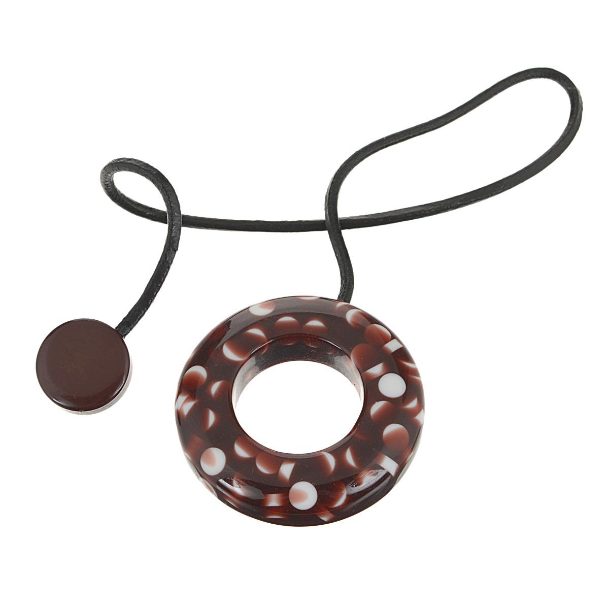 Подхват-магнит для органзы Embrasse, цвет: коричневый, белый. 7706113_81347706113_8134Клипса-магнит  Embrasse, изготовленная из пластика и кожи, предназначена для придания формы шторам. Изделие представляет собой два магнита, расположенные на разных концах кожаного шнурка. С одной стороны магнит оформлен декоративным кольцом. С помощью такой магнитной клипсы можно зафиксировать портьеры, придать им требуемое положение, сделать складки симметричными или приблизить портьеры, скрепить их. Клипсы для штор являются универсальным изделием, которое превосходно подойдет как для штор в детской комнате, так и для штор в гостиной. Следует отметить, что клипсы для штор выполняют не только практическую функцию, но также являются одной из основных деталей декора этого изделия, которая придает шторам восхитительный, стильный внешний вид.