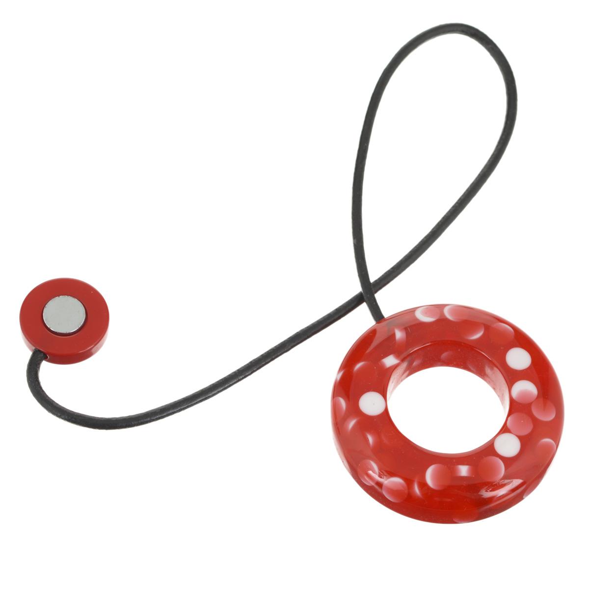 Подхват-магнит для органзы Embrasse, цвет: красный, белый. 7706113_80557706113_8055Клипса-магнит  Embrasse, изготовленная из пластика и кожи, предназначена для придания формы шторам. Изделие представляет собой два магнита, расположенные на разных концах кожаного шнурка. С одной стороны магнит оформлен декоративным кольцом. С помощью такой магнитной клипсы можно зафиксировать портьеры, придать им требуемое положение, сделать складки симметричными или приблизить портьеры, скрепить их. Клипсы для штор являются универсальным изделием, которое превосходно подойдет как для штор в детской комнате, так и для штор в гостиной. Следует отметить, что клипсы для штор выполняют не только практическую функцию, но также являются одной из основных деталей декора этого изделия, которая придает шторам восхитительный, стильный внешний вид. Материал: пластик, кожа, магнит. Диаметр кольца: 5,5 см. Диаметр магнита: 2 см. Длина ленты: 28 см.