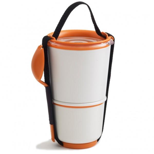 Ланч-бокс Black+Blum Lunch Pot, цвет: белый, оранжевый, высота 19 смBP003Ланч-бокс Black+Blum Lunch Pot изготовлен из высококачественного пищевого пластика, устойчивого к нагреванию. Изделие представляет собой 2 круглых контейнера, предназначенных для хранения пищи и жидкости. Контейнеры оснащены герметичными крышками с надежной защитой от протечек, это позволяет взять с собой суп. В комплекте имеется текстильный ремешок с ручкой и пластиковая ложка-вилка. Благодаря компактным размерам, ланч-бокс поместится даже в дамскую сумочку, а также позволит взять с собой полноценный обед из первого и второго блюда. Можно использовать в микроволновой печи и мыть в посудомоечной машине. Диаметр маленького контейнера: 9,5 см Высота маленького контейнера: 8 см. Диаметр большого контейнера: 11,5 см. Высота большого контейнера: 11 см. Общая высота ланч-бокса (с учетом крышки): 19 см. Длина ложки-вилки: 17 см.