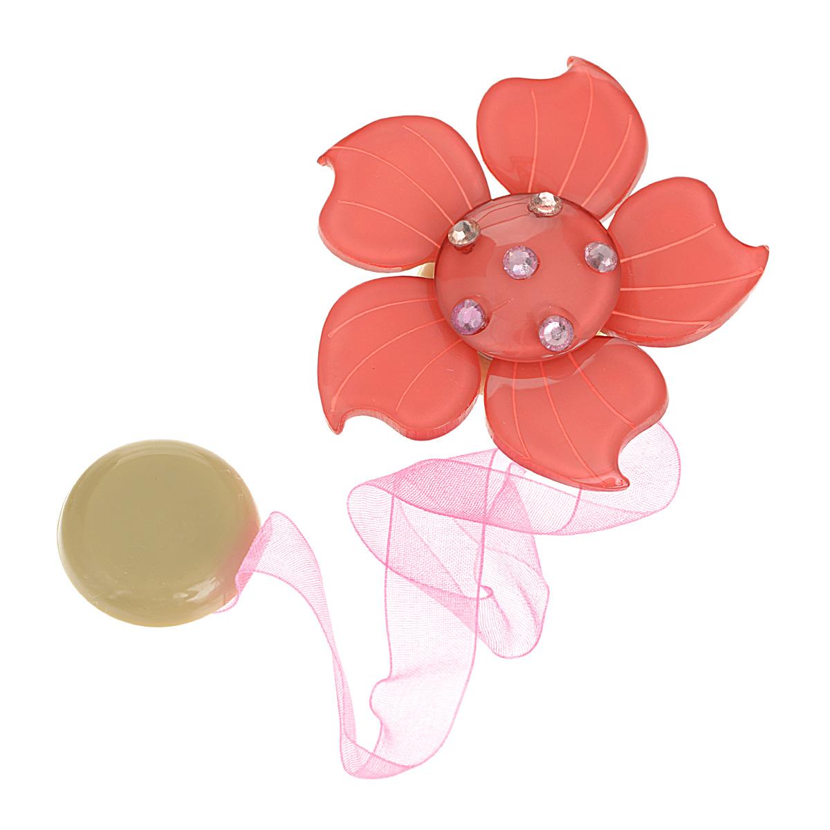 Клипса-магнит для штор Calamita Fiore, цвет: коралловый. 7704007_5407704007_540Клипса-магнит Calamita Fiore, изготовленная из пластика и текстиля, предназначена для придания формы шторам. Изделие представляет собой два магнита, расположенные на разных концах текстильной ленты. Один из магнитов оформлен декоративным цветком и украшен стразами. С помощью такой магнитной клипсы можно зафиксировать портьеры, придать им требуемое положение, сделать складки симметричными или приблизить портьеры, скрепить их. Клипсы для штор являются универсальным изделием, которое превосходно подойдет как для штор в детской комнате, так и для штор в гостиной. Следует отметить, что клипсы для штор выполняют не только практическую функцию, но также являются одной из основных деталей декора этого изделия, которая придает шторам восхитительный, стильный внешний вид. Диаметр декоративного цветка: 6 см. Диаметр магнита: 2,5 см. Длина ленты: 28 см.