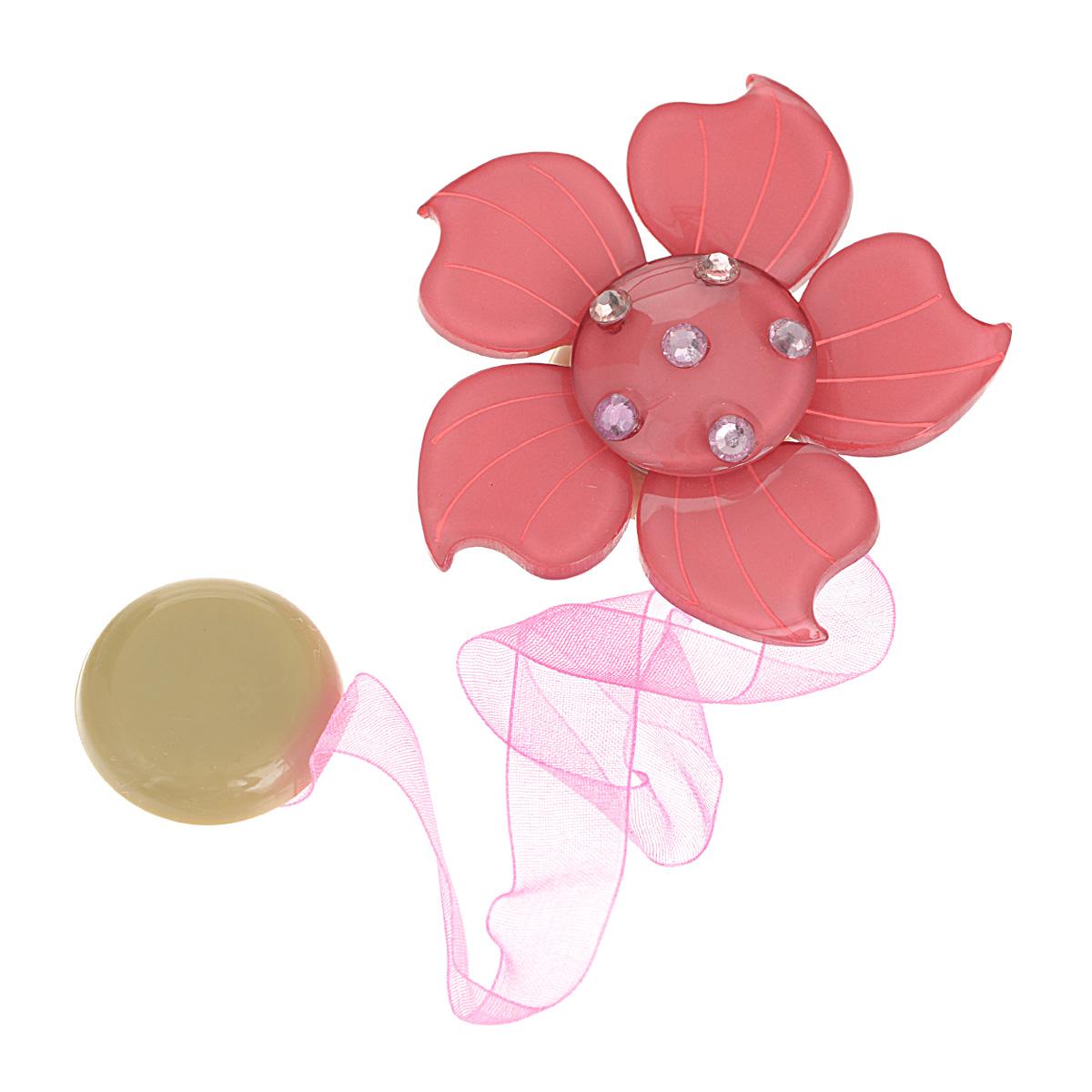 Клипса-магнит для штор Calamita Fiore, цвет: темно-розовый. 7704007_5537704007_553Клипса-магнит Calamita Fiore, изготовленная из пластика и текстиля, предназначена для придания формы шторам. Изделие представляет собой два магнита, расположенные на разных концах текстильной ленты. Один из магнитов оформлен декоративным цветком и украшен стразами. С помощью такой магнитной клипсы можно зафиксировать портьеры, придать им требуемое положение, сделать складки симметричными или приблизить портьеры, скрепить их. Клипсы для штор являются универсальным изделием, которое превосходно подойдет как для штор в детской комнате, так и для штор в гостиной. Следует отметить, что клипсы для штор выполняют не только практическую функцию, но также являются одной из основных деталей декора этого изделия, которая придает шторам восхитительный, стильный внешний вид. Материал: пластик, полиэстер, магнит. Диаметр декоративного цветка: 6 см. Диаметр магнита: 2,5 см. Длина ленты: 28 см.