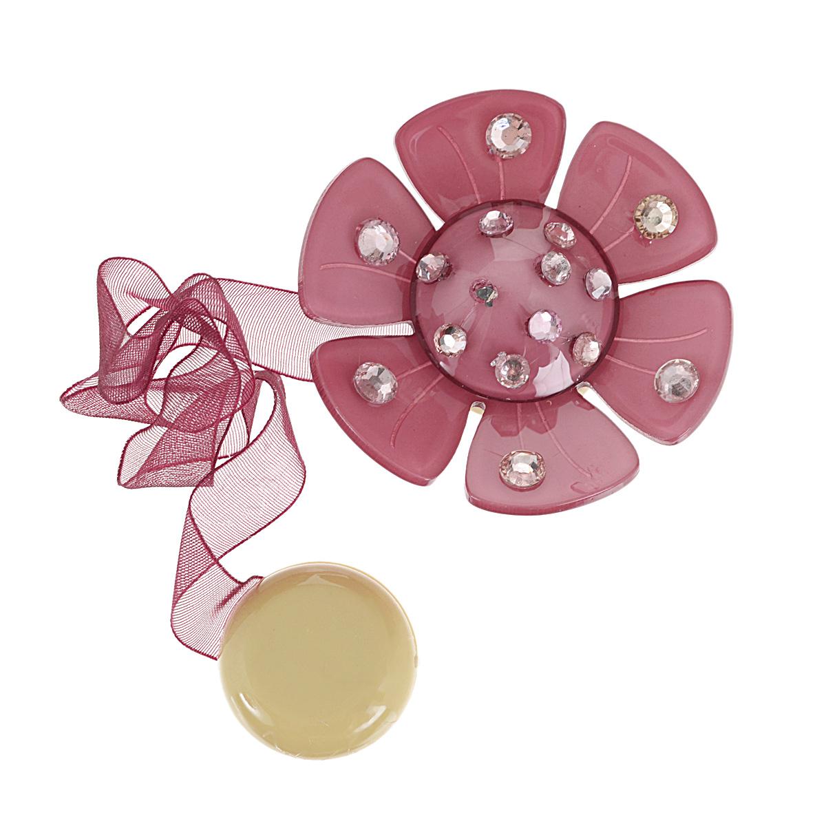 Клипса-магнит для штор Calamita Fiore, цвет: розовый. 7704020_5547704020_554Клипса-магнит Calamita Fiore, изготовленная из пластика и текстиля, предназначена для придания формы шторам. Изделие представляет собой два магнита, расположенные на разных концах текстильной ленты. Один из магнитов оформлен декоративным цветком и украшен стразами. С помощью такой магнитной клипсы можно зафиксировать портьеры, придать им требуемое положение, сделать складки симметричными или приблизить портьеры, скрепить их. Клипсы для штор являются универсальным изделием, которое превосходно подойдет как для штор в детской комнате, так и для штор в гостиной. Следует отметить, что клипсы для штор выполняют не только практическую функцию, но также являются одной из основных деталей декора этого изделия, которая придает шторам восхитительный, стильный внешний вид.