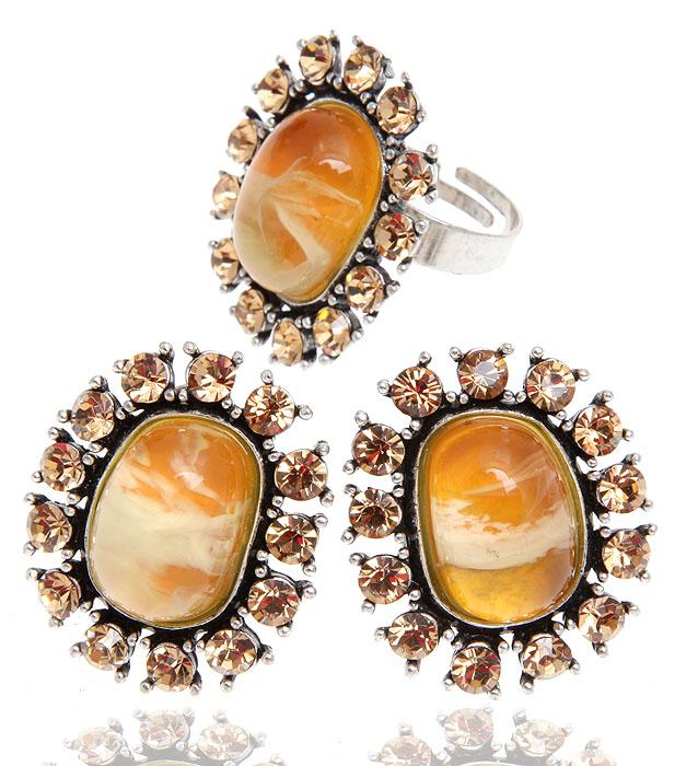 Комплект 'Медовое солнце': кулон на цепочке, кольцо и серьги от Arrina. Ювелирный пластик медового цвета, золотистые кристаллы, бижутерный сплав серебряного тона. Гонконг, 2000-е гг.