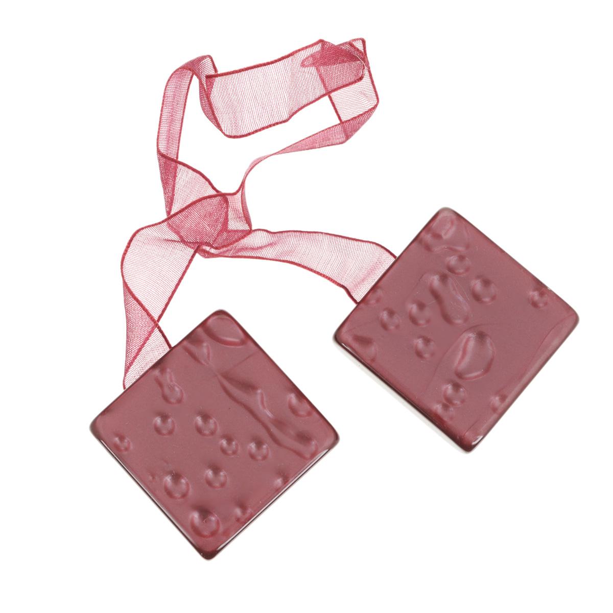 Клипса-магнит для штор Calamita Fiore, цвет: темно-розовый. 675263_632675263_632Клипса-магнит Calamita Fiore, изготовленная из пластика и текстиля, предназначена для придания формы шторам. Изделие представляет собой два магнита квадратной формы, расположенные на разных концах текстильной ленты. С помощью такой магнитной клипсы можно зафиксировать портьеры, придать им требуемое положение, сделать складки симметричными или приблизить портьеры, скрепить их. Клипсы для штор являются универсальным изделием, которое превосходно подойдет как для штор в детской комнате, так и для штор в гостиной. Следует отметить, что клипсы для штор выполняют не только практическую функцию, но также являются одной из основных деталей декора этого изделия, которая придает шторам восхитительный, стильный внешний вид.