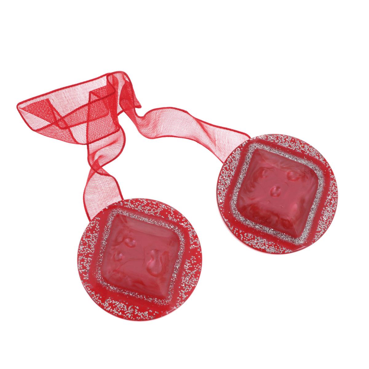 Клипса-магнит для штор Calamita Fiore, цвет: красный. 7704019_5727704019_572Клипса-магнит Calamita Fiore, изготовленная из пластика и текстиля, предназначена для придания формы шторам. Изделие, декорированное блестками, представляет собой два магнита круглой формы, расположенные на разных концах текстильной ленты. С помощью такой магнитной клипсы можно зафиксировать портьеры, придать им требуемое положение, сделать складки симметричными или приблизить портьеры, скрепить их. Клипсы для штор являются универсальным изделием, которое превосходно подойдет как для штор в детской комнате, так и для штор в гостиной. Следует отметить, что клипсы для штор выполняют не только практическую функцию, но также являются одной из основных деталей декора этого изделия, которая придает шторам восхитительный, стильный внешний вид. Материал: пластик, магнит, полиэстер. Диаметр клипсы: 4 см. Длина ленты: 28 см.