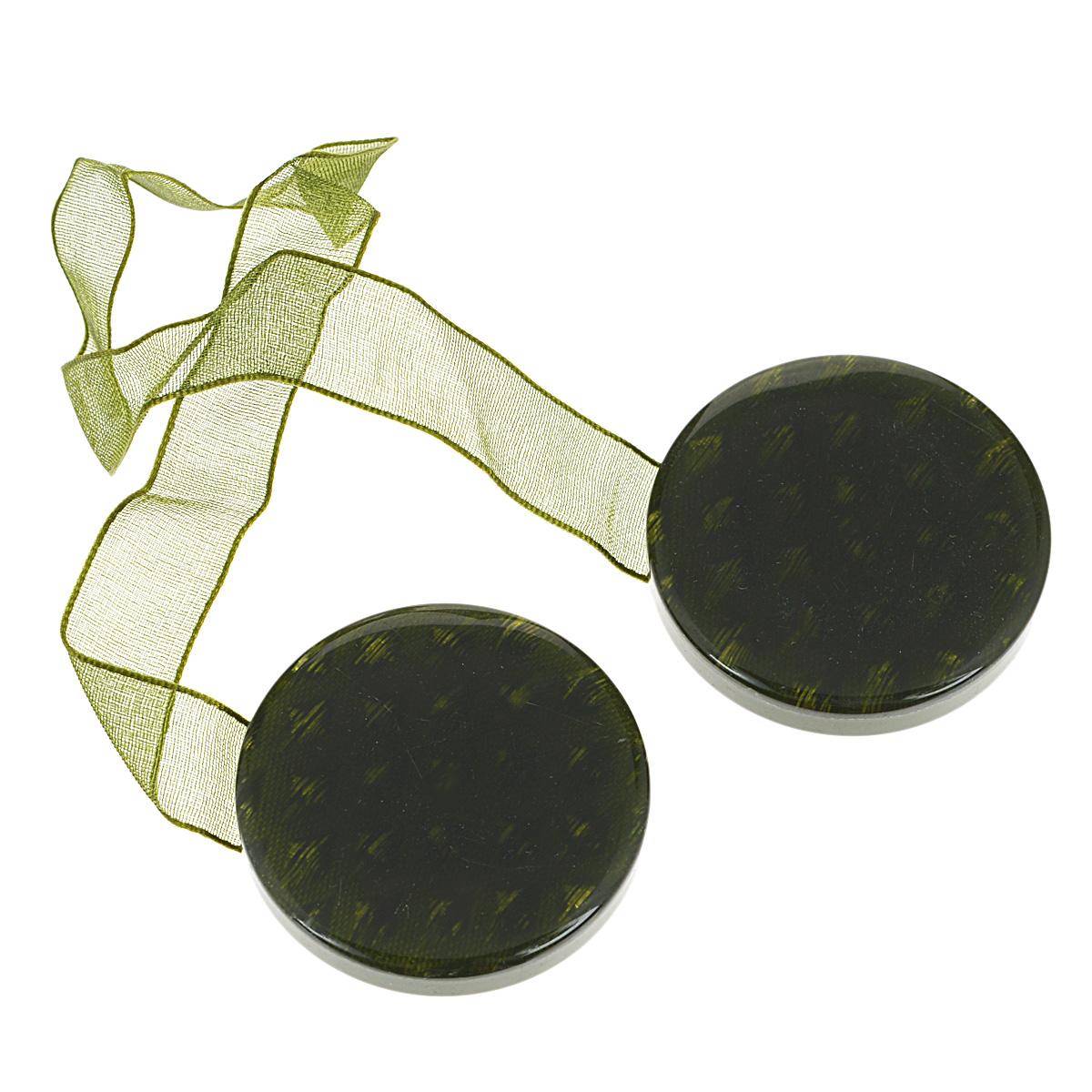 Клипса-магнит для штор Calamita Fiore, цвет: зеленый. 7704005_7817704005_781Клипса-магнит Calamita Fiore, изготовленная из пластика, предназначена для придания формы шторам. Изделие представляет собой два магнита круглой формы, расположенные на разных концах текстильной ленты. С помощью такой магнитной клипсы можно зафиксировать портьеры, придать им требуемое положение, сделать складки симметричными или приблизить портьеры, скрепить их. Клипсы для штор являются универсальным изделием, которое превосходно подойдет как для штор в детской комнате, так и для штор в гостиной. Следует отметить, что клипсы для штор выполняют не только практическую функцию, но также являются одной из основных деталей декора этого изделия, которая придает шторам восхитительный, стильный внешний вид. Материал: полиэстер, пластик, магнит. Диаметр клипсы: 4 см. Длина ленты: 28 см.