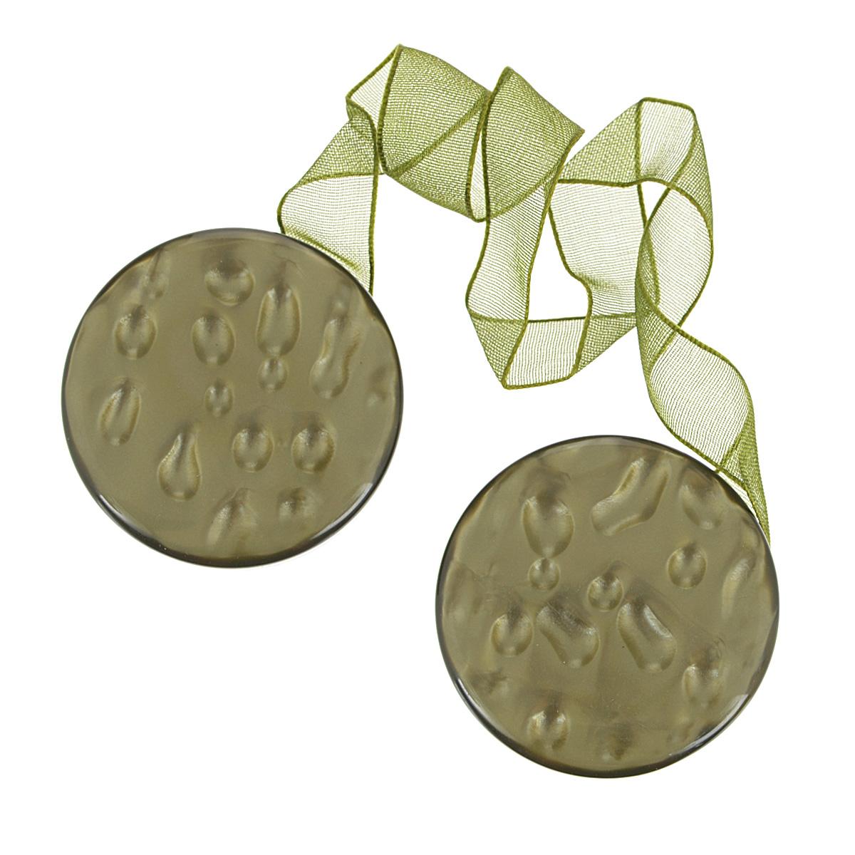 Клипса-магнит для штор Calamita Fiore, цвет: хаки. 675238_698675238_698Клипса-магнит Calamita Fiore, изготовленная из пластика и текстиля, предназначена для придания формы шторам. Изделие представляет собой два магнита круглой формы, расположенные на разных концах текстильной ленты. С помощью такой магнитной клипсы можно зафиксировать портьеры, придать им требуемое положение, сделать складки симметричными или приблизить портьеры, скрепить их. Клипсы для штор являются универсальным изделием, которое превосходно подойдет как для штор в детской комнате, так и для штор в гостиной. Следует отметить, что клипсы для штор выполняют не только практическую функцию, но также являются одной из основных деталей декора этого изделия, которая придает шторам восхитительный, стильный внешний вид.
