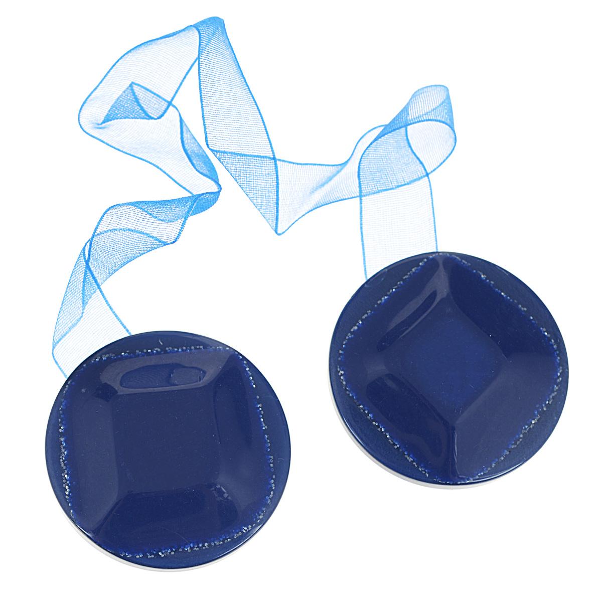 Клипса-магнит для штор Calamita Fiore, цвет: синий. 7704019_7927704019_792Клипса-магнит Calamita Fiore, изготовленная из пластика и текстиля, предназначена для придания формы шторам. Изделие, декорированное блестками, представляет собой два магнита круглой формы, расположенные на разных концах текстильной ленты. С помощью такой магнитной клипсы можно зафиксировать портьеры, придать им требуемое положение, сделать складки симметричными или приблизить портьеры, скрепить их. Клипсы для штор являются универсальным изделием, которое превосходно подойдет как для штор в детской комнате, так и для штор в гостиной. Следует отметить, что клипсы для штор выполняют не только практическую функцию, но также являются одной из основных деталей декора этого изделия, которая придает шторам восхитительный, стильный внешний вид. Материал: пластик, магнит, полиэстер. Диаметр клипсы: 4 см. Длина ленты: 28 см.