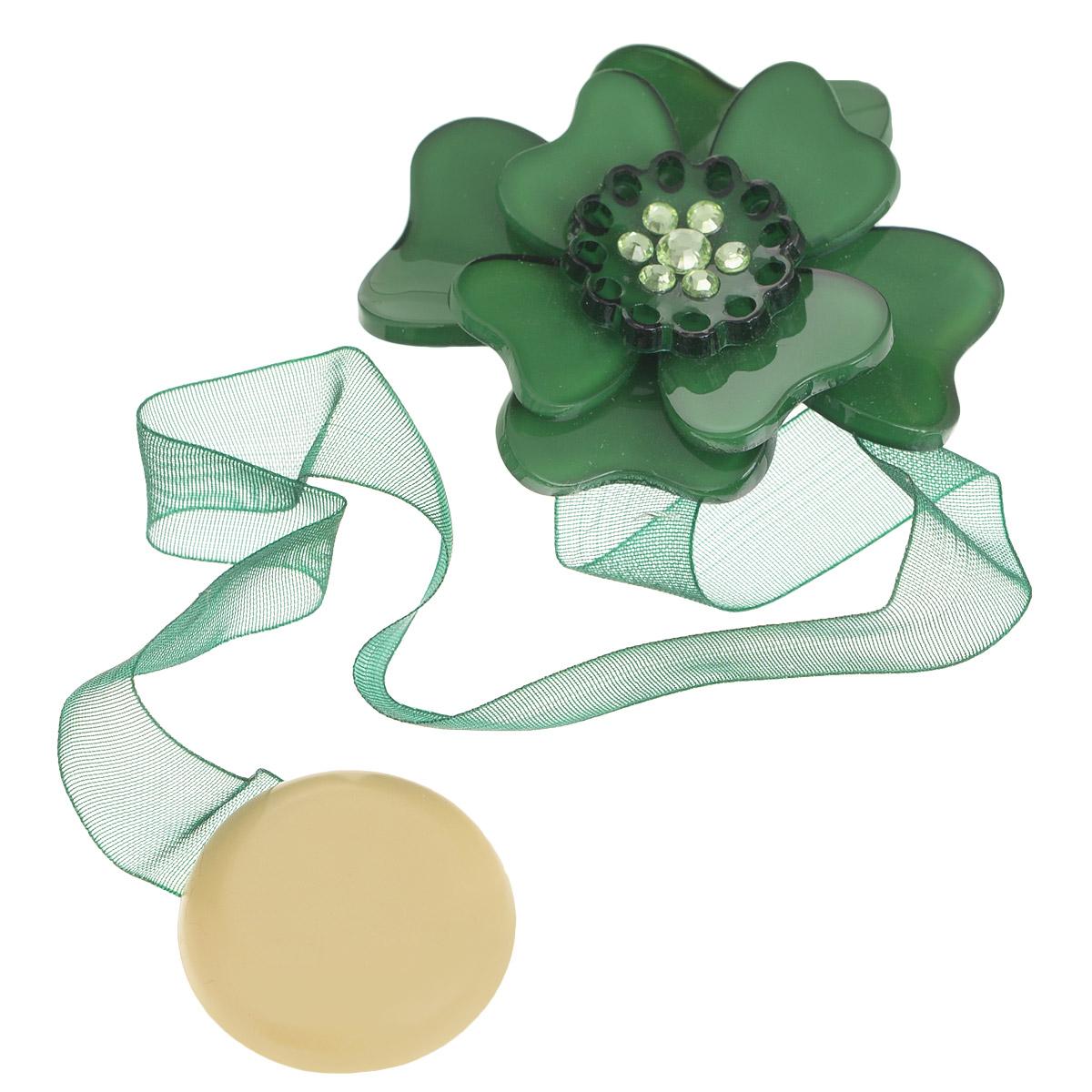 Клипса-магнит для штор Calamita Fiore, цвет: бутылочный. 7704008_6307704008_630Клипса-магнит Calamita Fiore, изготовленная из пластика и текстиля, предназначена для придания формы шторам. Изделие представляет собой два магнита, расположенные на разных концах текстильной ленты. Один из магнитов оформлен декоративным цветком и украшен стразами. С помощью такой магнитной клипсы можно зафиксировать портьеры, придать им требуемое положение, сделать складки симметричными или приблизить портьеры, скрепить их. Клипсы для штор являются универсальным изделием, которое превосходно подойдет как для штор в детской комнате, так и для штор в гостиной. Следует отметить, что клипсы для штор выполняют не только практическую функцию, но также являются одной из основных деталей декора этого изделия, которая придает шторам восхитительный, стильный внешний вид.