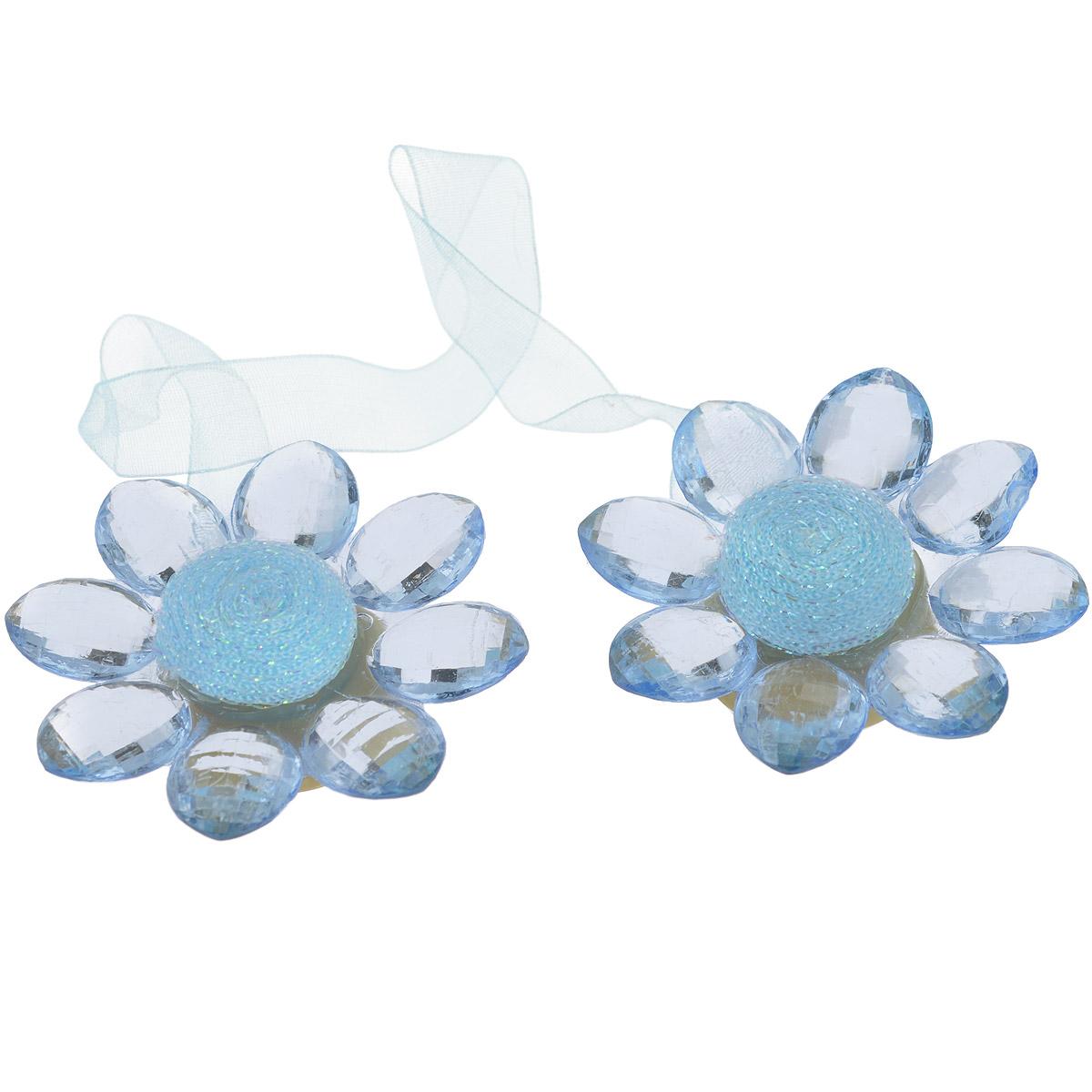Клипса-магнит для штор Calamita Fiore, цвет: льдистый. 7704016_7847704016_784Клипса-магнит Calamita Fiore, изготовленная из пластика и текстиля, предназначена для придания формы шторам. Изделие представляет собой два магнита, расположенные на разных концах текстильной ленты. Магниты оформлены декоративными цветками. С помощью такой магнитной клипсы можно зафиксировать портьеры, придать им требуемое положение, сделать складки симметричными или приблизить портьеры, скрепить их. Клипсы для штор являются универсальным изделием, которое превосходно подойдет как для штор в детской комнате, так и для штор в гостиной. Следует отметить, что клипсы для штор выполняют не только практическую функцию, но также являются одной из основных деталей декора этого изделия, которая придает шторам восхитительный, стильный внешний вид.кани
