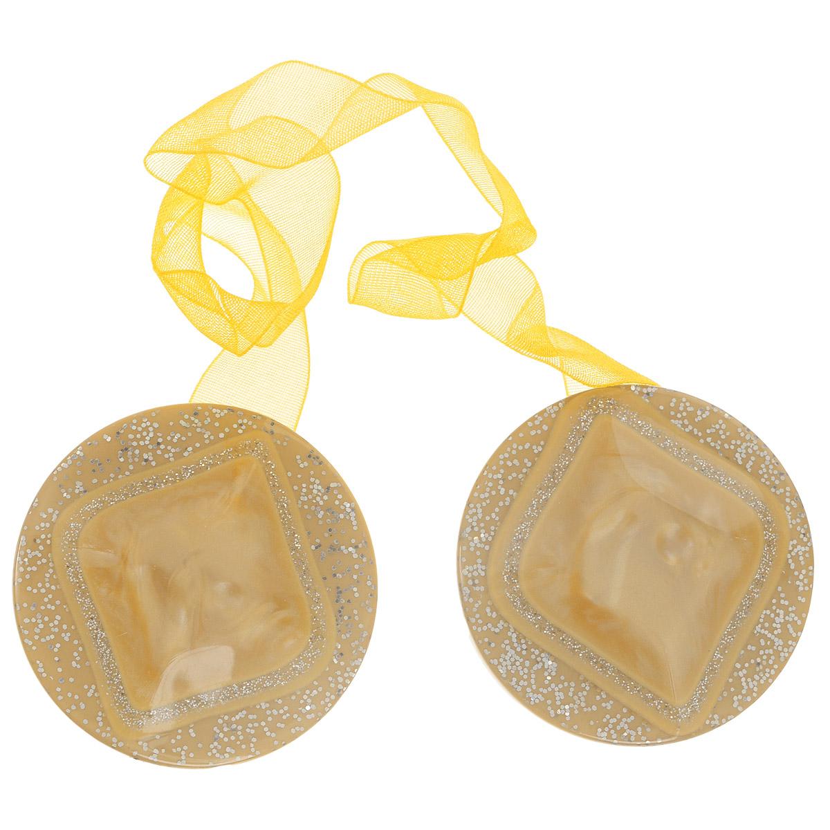Клипса-магнит для штор Calamita Fiore, цвет: песочный. 7704019_7057704019_705Клипса-магнит Calamita Fiore, изготовленная из пластика и текстиля, предназначена для придания формы шторам. Изделие, декорированное блестками, представляет собой два магнита круглой формы, расположенные на разных концах текстильной ленты. С помощью такой магнитной клипсы можно зафиксировать портьеры, придать им требуемое положение, сделать складки симметричными или приблизить портьеры, скрепить их. Клипсы для штор являются универсальным изделием, которое превосходно подойдет как для штор в детской комнате, так и для штор в гостиной. Следует отметить, что клипсы для штор выполняют не только практическую функцию, но также являются одной из основных деталей декора этого изделия, которая придает шторам восхитительный, стильный внешний вид. Материал: пластик, магнит, полиэстер. Диаметр клипсы: 4 см. Длина ленты: 28 см.