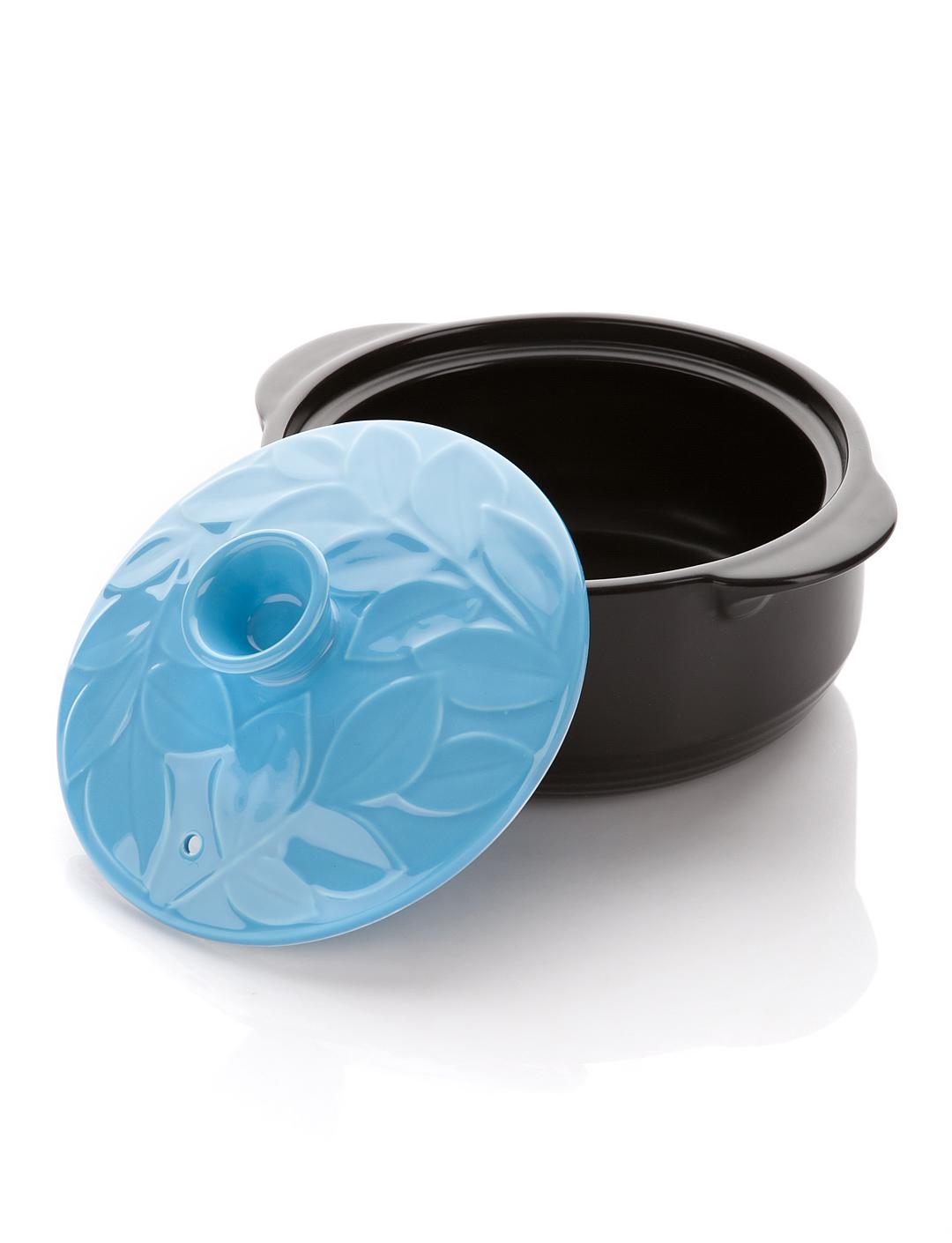 Кастрюля керамическая Hans & Gretchen с крышкой, цвет: голубой, 1,1 л12NF-B16Кастрюля Hans & Gretchen изготовлена из экологически чистой жаропрочной керамики. Керамическая крышка кастрюли оснащена отверстием для выпуска пара. Кастрюля равномерно нагревает блюдо, долго сохраняя тепло и не выделяя абсолютно никаких примесей в пищу. Кастрюля не искажает, а даже усиливает вкус пищи. Крышка изделия оформлена рельефным изображением листьев. Превосходно служит для замораживания продуктов в холодильнике (до -20°С). Кастрюля устойчива к химическим и механическим воздействиям. Благодаря толстым стенкам изделие нагревается равномерно. Кастрюля Hans & Gretchen прекрасно подойдет для запекания и тушения овощей, мяса и других блюд, а оригинальный дизайн и яркое оформление украсят ваш стол. Можно мыть в посудомоечной машине. Кастрюля предназначена для использования на газовой и электрической плитах, в духовке и микроволновой печи. Не подходит для индукционных плит.
