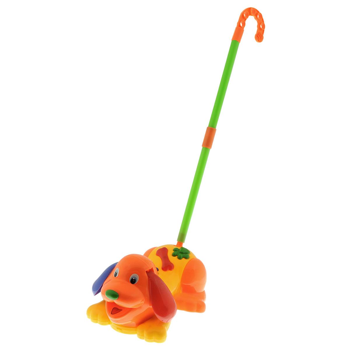 Игрушка-каталка Собачка, цвет: желтый, оранжевый718-1Яркая игрушка-каталка Собачка непременно понравится вашему ребенку и не позволит ему скучать. Она выполнена из прочного яркого пластика в виде очаровательного щеночка с задорной улыбкой и добрыми глазками. Собачка оснащена пластиковой телескопической тростью, которая присоединяется к хвостику, благодаря чему ребенок сможет толкать игрушку перед собой. Во время движения щенок будет кивать головой и двигать лапками, а встроенная пищалка будет издавать забавные звуки. Игрушка имеет красочный дизайн, а яркие цвета подарят малышу хорошее настроение. Играя с такой каталкой ребенок сможет развить цветовое восприятие, мелкую моторику рук, тактильную чувствительность и координацию движений.