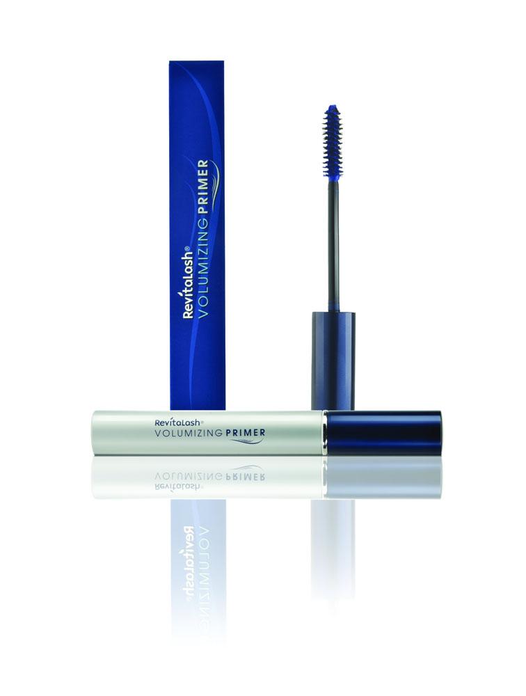 RevitaLash Основа под тушь для объема ресниц, 7,39 млР1632Подчеркните натуральную красоту глаз для великолепного, сногсшибательного эффекта! Матирующая Основа под тушь имеет шелковистую формулу и щеточку с уникальной щетиной, которые подготавливают поверх- ность ресниц к более эффективному нанесению туши, а особенный глубокий синий цвет оттеняет глаза и усиливает глубину цвета туши. Ресницы – длинные, объемные, волнующе эффектные! • выравнивает непослушные ресницы, сглаживает их шероховатую поверхность; • обволакивает ресницы, удлиняет их, добавляет объем и предохраняет от склеивания или осыпания туши; • увлажняет и кондиционирует, делает ресницы сильнее и мягче; • помогает туши держаться дольше и не растекаться. Применение: Нанесите Основу на чистые ресницы, прокрашивая снаружи и внутри, двигаясь крутящими движениями от самых корней к наружному углу глаза. Нанесите выбранную Тушь для объема RevitaLash® (цвет «Ворон» или «Эспрессо»).