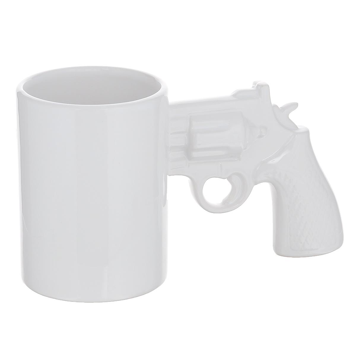 Кружка Револьвер, цвет: белый, 400 мл96167Кружка Револьвер выполнена из высококачественной керамики и прекрасно подойдет для вашей кухни. Ручка кружки выполнена в виде револьвера. Предназначена подачи кофе и чая. Кружка Револьвер станет отличным презентом для друзей и близких. Она поднимет вам настроение и вызовет улыбку у окружающих. Диаметр по верхнему краю: 8 см. Высота: 11 см. Объем: 400 мл.