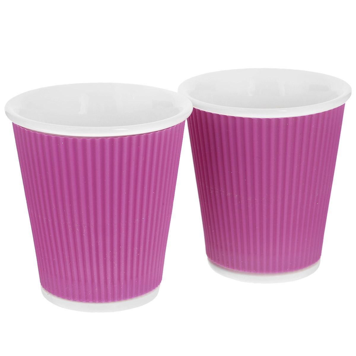 Набор чашек Les Artistes-Paris Ondules, цвет: фиолетовый, 180 мл, 2 штA-0636Набор Les Artistes-Paris Ondules состоит из двух чашек, выполненных из фарфора в виде бумажных стаканчиков. Силиконовое покрытие с внешней стороны позволяет удобно использовать чашку и не обжечь руки. Материал изделий не содержит кадмия и свинца, поэтому абсолютно безопасен для здоровья. Чашки выдерживают высокие перепады температур от -35°С до +300°С, они невероятно прочны и устойчивы к появлению царапин. Набор яркого необычного дизайна позволит насладиться вашими любыми напитками, благодаря компактным размерам его можно взять с собой куда угодно. Прекрасный подарок для друзей и близких. Можно использовать в микроволновке, ставить в холодильник и мыть в посудомоечной машине. Объем чашки: 180 мл. Диаметр (по верхнему краю): 8 см. Высота чашки: 8,5 см.