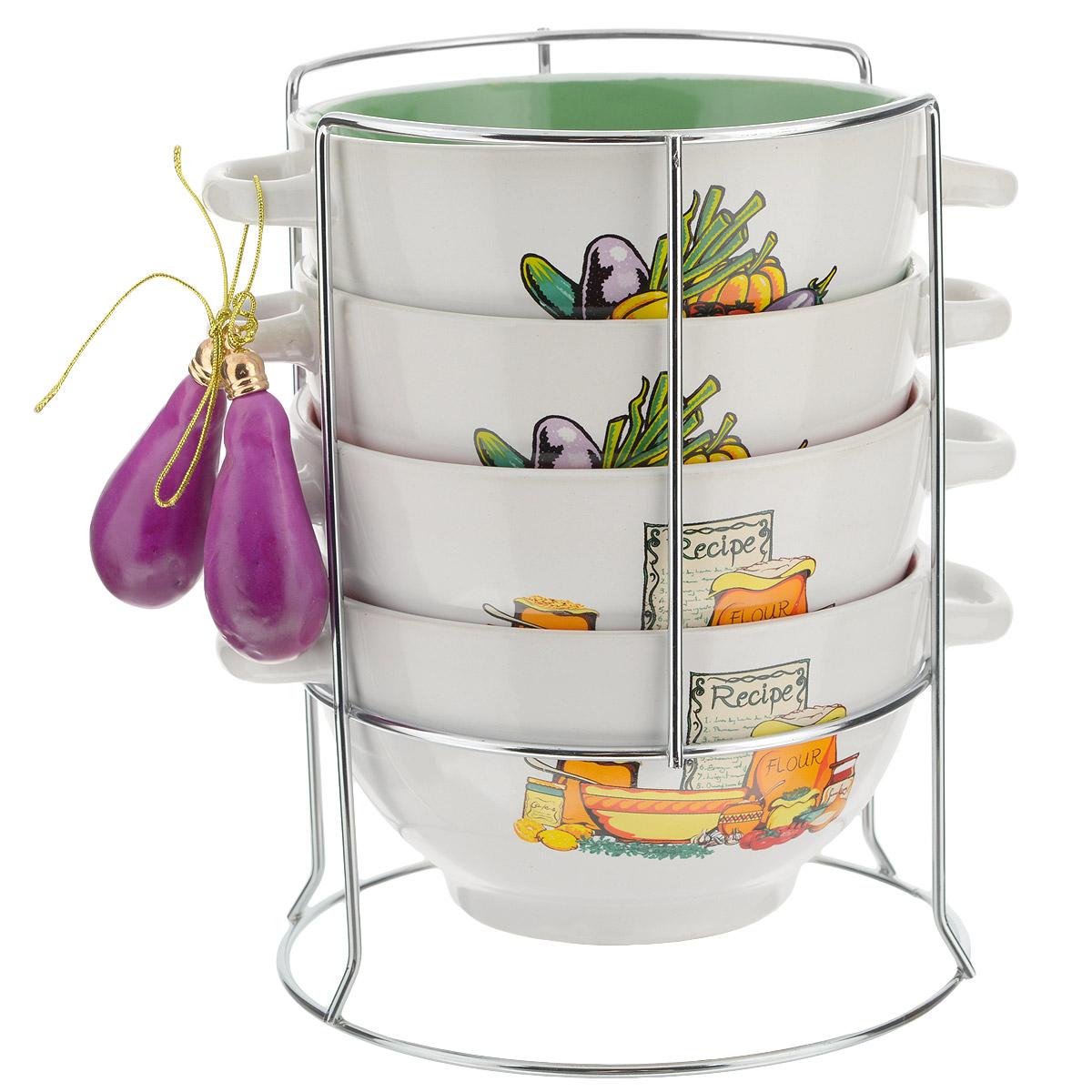 Набор бульонниц Wellberg Vigoureux, на подставке, 680 мл, 5 предметов. 20707WB20707WBНабор Wellberg Vigoureux состоит из четырех бульонниц, выполненных из высококачественной керамики. Изделия декорированы изображением овощей. Бульонницы компактно размещаются на подставке из хромированного металла. В комплекте - связка декоративных овощей. Красочность оформления набора придется по вкусу и ценителям классики, и тем, кто предпочитает утонченность и изысканность. Бульонницы являются экологически безопасными, так как не содержат кадмия и свинца. Посуду можно использовать в микроволновой печи и холодильнике, а также мыть в посудомоечной машине.