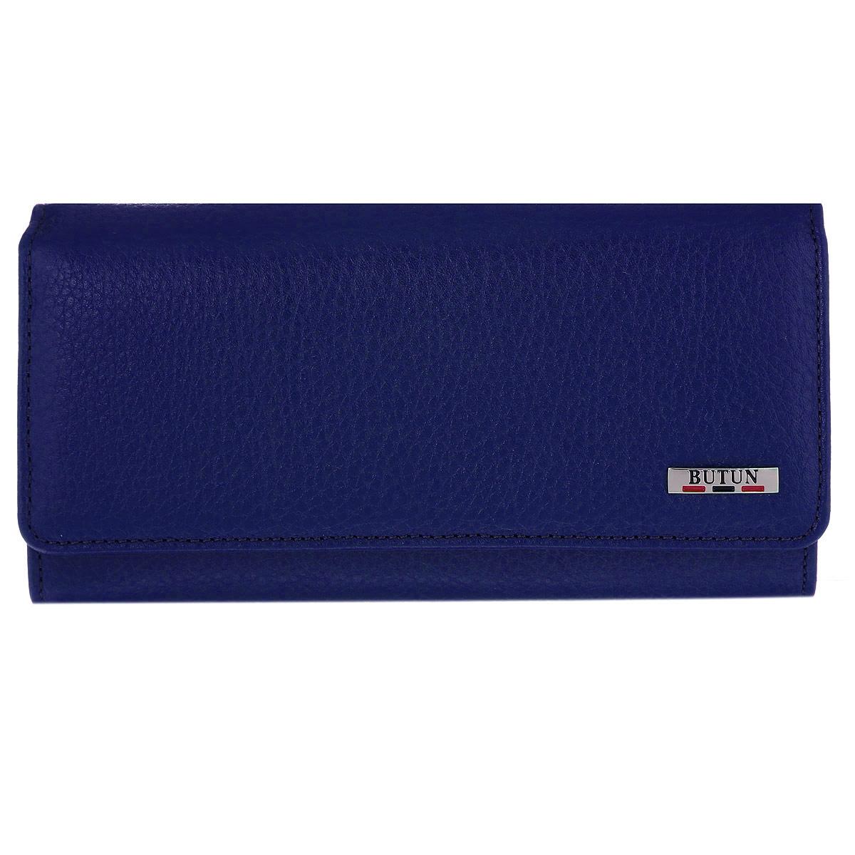 Портмоне женское Butun, цвет: синий. 559-004 013559-004 013Женское портмоне Butun выполнено из натуральной высококачественной кожи с натуральным тиснением. Портмоне состоит из трех отделений для купюр. Внутри расположены 3 открытых кармашка для визиток и банковских карт, 1 открытый накладной карман для мелочей, прорезной карман на застежке-молнии и открытый горизонтальный карман с прозрачным окошком-сеточкой. Также портмоне дополнено наружным отделением для монет на замке-защелке, состоящим из 2 просторных отделений, разделенных перегородкой. Портмоне закрывается на широкий клапан с кнопкой. Фурнитура оформлена под серебро. Портмоне - это удобный и стильный аксессуар, необходимый каждому активному человеку для хранения денежных купюр, монет, визитных и пластиковых карт, а также небольших документов. Надежное портмоне Butun сочетает в себе классический дизайн и функциональность, и не только практично в использовании, но и станет отличным дополнением к любому стилю, и позволит вам подчеркнуть свою индивидуальность. ...
