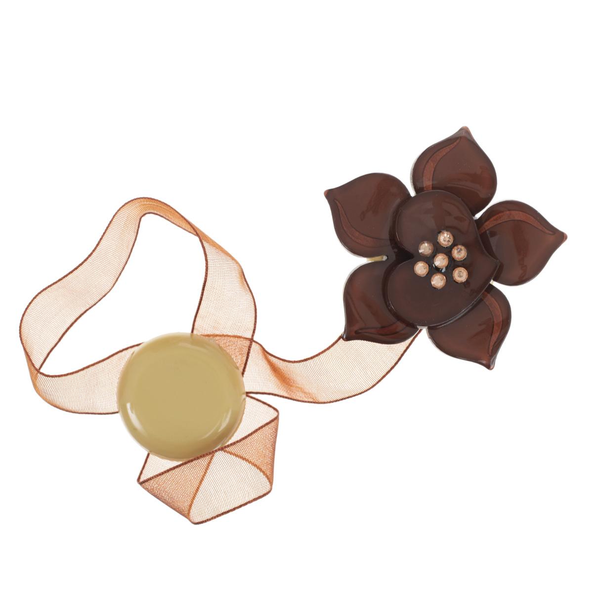 Клипса-магнит для штор Calamita Fiore, цвет: оливковый (А700). 7704006_7007704006_700Клипса-магнит Calamita Fiore, изготовленная из пластика и текстиля, предназначена для придания формы шторам. Изделие представляет собой два магнита, расположенные на разных концах текстильной ленты. Один из магнитов оформлен декоративным цветком, украшенным стразами. С помощью такой магнитной клипсы можно зафиксировать портьеры, придать им требуемое положение, сделать складки симметричными или приблизить портьеры, скрепить их. Клипсы для штор являются универсальным изделием, которое превосходно подойдет как для штор в детской комнате, так и для штор в гостиной. Следует отметить, что клипсы для штор выполняют не только практическую функцию, но также являются одной из основных деталей декора этого изделия, которая придает шторам восхитительный, стильный внешний вид. Диаметр декоративного цветка: 5 см. Диаметр магнита: 2,5 см. Длина ленты: 27 см.