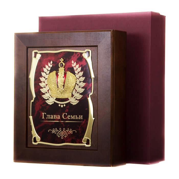 Ключница Корона Глава Семьи,36,5х32см, подарочная коробка50210002Настенная ключница из натурального дерева, с натурального деревас внутренней бархатной отделкой, декорированна метализированной пластиной с лазерной гравировкой и накладкой, упакованна в подарочный футляр, размер 36,5х32х7см, коричневый/золотой
