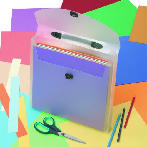 Кейс для скрапбумаги Craft Premier, 33 см х 33 смCN2025-29Кейс для скрапбумаги Craft Premier выполнен из полупрозрачного ПВХ. Предназначен для хранения и переноски бумаги для скрапбукинга, готовых работ, декоративных элементов. Идеально вмещает стандартные листы скрапбумаги 30,5х30,5 см. Снабжен удобной пластиковой ручкой. Есть кармашек для мелких элементов. Закрывается на поворотный замок.