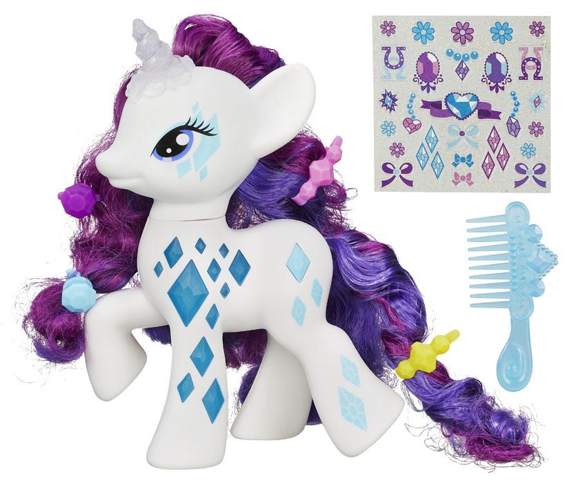 My Little Pony Фигурка Пони-модница РаритиB0367EU4Фигурка My Little Pony Пони-модница Рарити непременно понравится вашей малышке. Набор включает игрушку в виде симпатичной пони с аксессуарами. Пони Рарити одна из самых популярных героинь популярного мультсериала Дружба - это чудо, эта пони-модница очень любит ухаживать за собой и часто посещает салоны красоты и спа-салоны. Ее грива и хвост всегда тщательно уложены. Внешний вид лошадки полностью повторяет свою героиню из мультфильма: у нее белоснежное туловище, украшенное ее отличительным знаком - голубыми кристаллами, фиолетовые грива и хвост. Если нажать лошадке на ее знак отличия на туловище, у нее загораются рог и кристаллы на ножке. Различные аксессуары для волос, входящие в набор, заколки и расческа позволят создавать лошадке разнообразные прически и укладки. А сверкающие наклейки-украшения позволят помогут дополнить волшебный образ красотки пони. Игры с пони поспособствуют развитию у ребенка фантазии и любознательности, помогут овладеть...