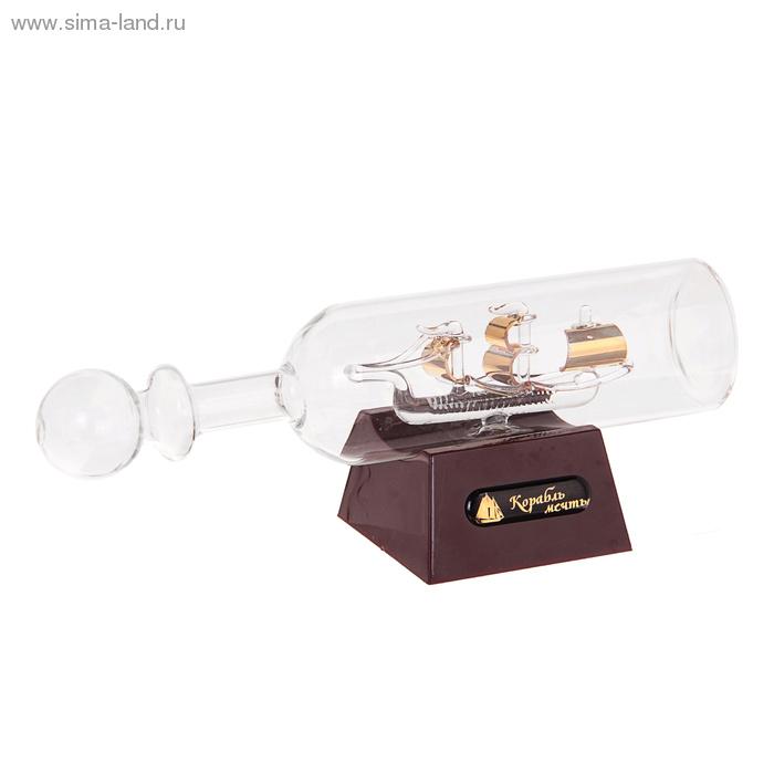 Корабль сувенирный в бутылке Корабль мечты, с подсветкой, длина 20 см948726Сувенирный корабль в бутылке Корабль мечты - великолепный элемент декора рабочей зоны в офисе или кабинете. В прозрачную бутылку помещена фигурка корабля с парусами. Для бутылки предусмотрена пластиковая подставка. Стремящиеся в неизведанную даль, словно невесомые паруса заиграют по-новому, если вы включите яркую подсветку. Время идет, и мы становимся свидетелями развития технического прогресса, новых учений и практик. Но одно не подвластно времени - это любовь человека к морю и кораблям. Сувенирный корабль в бутылке наполнен историей и силой океанских вод. Данная модель кораблика станет отличным подарком для всех любителей морей, поклонников историй о покорении океанов и неизведанных земель. Модель корабля - подарок со смыслом. Издавна на Руси считалось, что корабли приносят удачу и везение. Поэтому их изображения, фигурки и точные копии всегда присутствовали в помещениях. Удивите себя и своих близких необычным презентом. ...