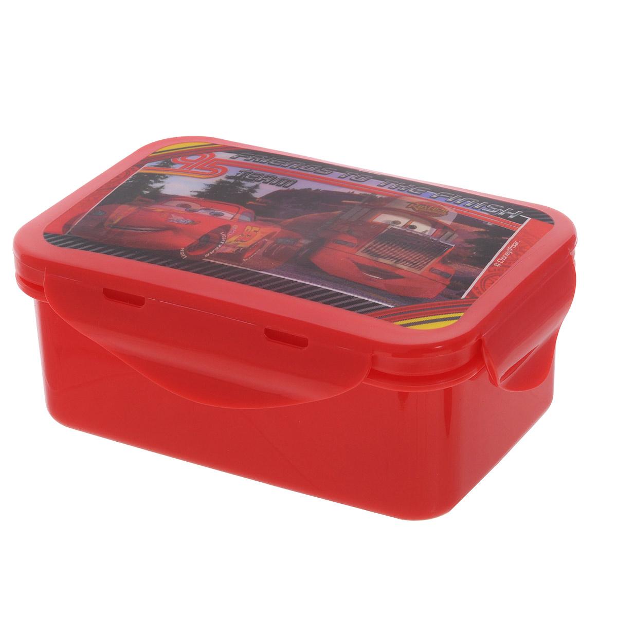Бутербродница Disney Тачки, цвет: красный, 15 см х 10 см х 6 см722C2VБутербродница Disney Тачки выполнена из высококачественного пищевого пластика, что очень удобно и безопасно для детей, так как пластик не бьется. Крышка оформлена объемным изображением героев мультфильма Тачки, которое меняется под разным углом зрения. Крышка плотно закрывается на 4 защелки, а благодаря силиконовой прослойке дольше сохраняет пищу свежей и вкусной. Контейнер имеет прямоугольную форму, идеально подходит для бутербродов, салатов и закусок. Такая бутербродница позволит перекусить любимым домашним бутербродом где угодно: в школе, в походе, поездке, на пикнике. Не занимает много места и легко помещается в любую сумку. Нельзя использовать в СВЧ и мыть в посудомоечной машине. Изготовлено по лицензии Walt Disney.