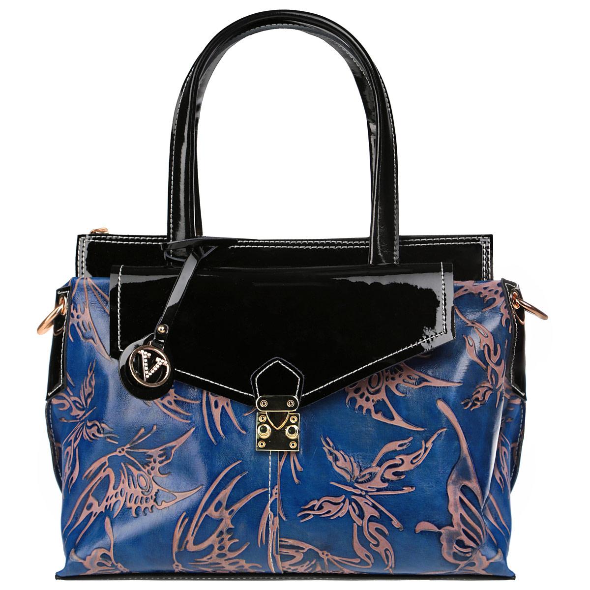 Сумка женская Velina Fabbiano, цвет: синий, черный. 33249-YB33249-YB blueСтильная женская сумка Velina Fabbiano выполнена из высококачественной натуральной кожи и декорирована тисненым узором в виде бабочек, а также вставками из лакированной кожи. Одна из ручек оформлена стильным фирменным брелоком. Изделие закрывается на застежку-молнию. Внутреннее отделение, разделенное средником на застежке-молнии, дополнено двумя накладными кармашками и врезным карманом на застежке-молнии. На лицевой и обратной сторонах сумки расположено по одному врезному карману, карман спереди закрывается клапаном на замок-защелку, сзади - на застежку-молнию. Сумка оснащена двумя удобными ручками и жестким основанием. В комплекте - чехол для хранения и съемный плечевой ремень. Сумка - это стильный аксессуар, который подчеркнет вашу индивидуальность и сделает ваш образ завершенным. Оригинальное цветовое сочетание, стильный декор, модный дизайн - прекрасное дополнение к гардеробу модницы.