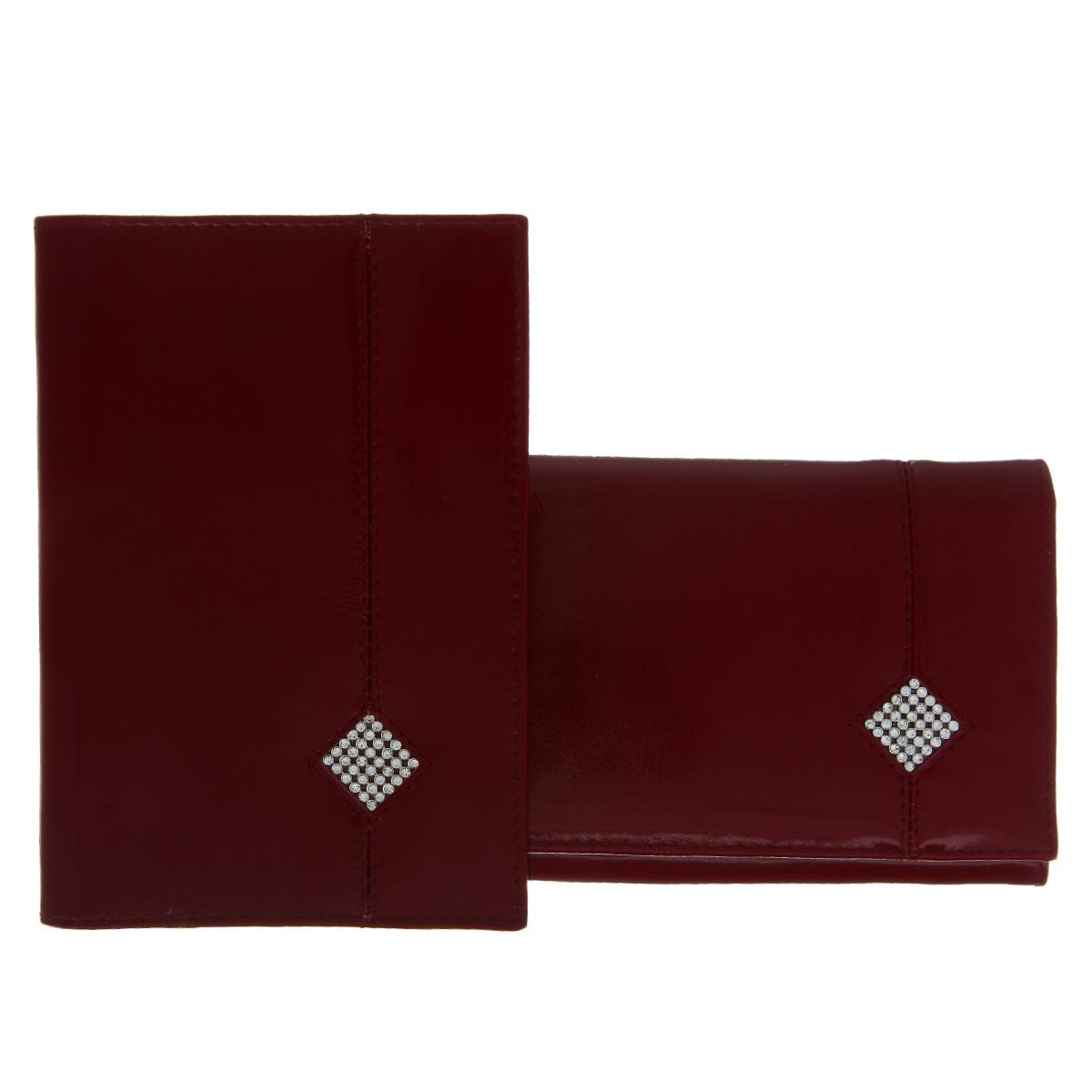Подарочный набор Dimanche Гранат: обложка для паспорта, портмоне, цвет: бордовый. 200/70200/70Изысканный набор Dimanche Гранат состоит из обложки для паспорта и портмоне. Обе модели изготовлены из высококачественной натуральной кожи и украшены спереди декоративным элементом в форме ромба, исполненным из страз. Обложка для паспорта содержит два прозрачных пластиковых кармана, которые обеспечивают надежную фиксацию документа. Модель с внутренней стороны отделана атласным текстилем. Портмоне закрывается широким клапаном на кнопку. Внутри - три отделения для купюр, отсек для мелочи на застежке-молнии, два горизонтальных кармана для бумаг и чеков, восемь прорезей для визиток и кредитных карт (одна - с окошком из прозрачного пластика). Обратная сторона изделия дополнена открытым карманом. Оба изделия упакованы в стильные подарочные коробки. Роскошный набор Dimanche Гранат подчеркнет вашу индивидуальность и безупречный вкус, а также станет замечательным подарком человеку, ценящему качественные и практичные вещи.